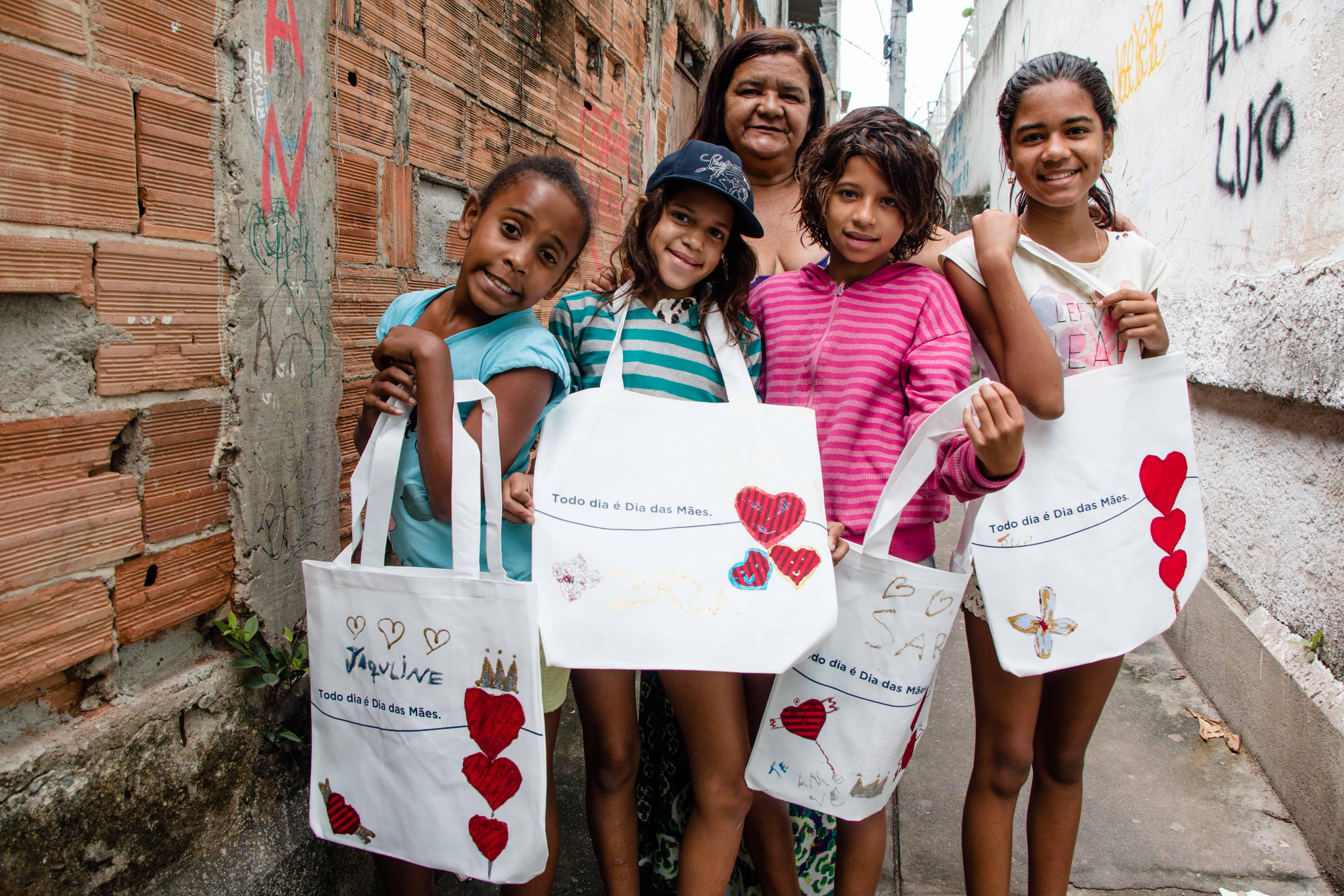 Nas oficinas, Marilene ensina uma arte diferente toda semana. Foto: Renato Moura/Jornal Voz da Comunidade