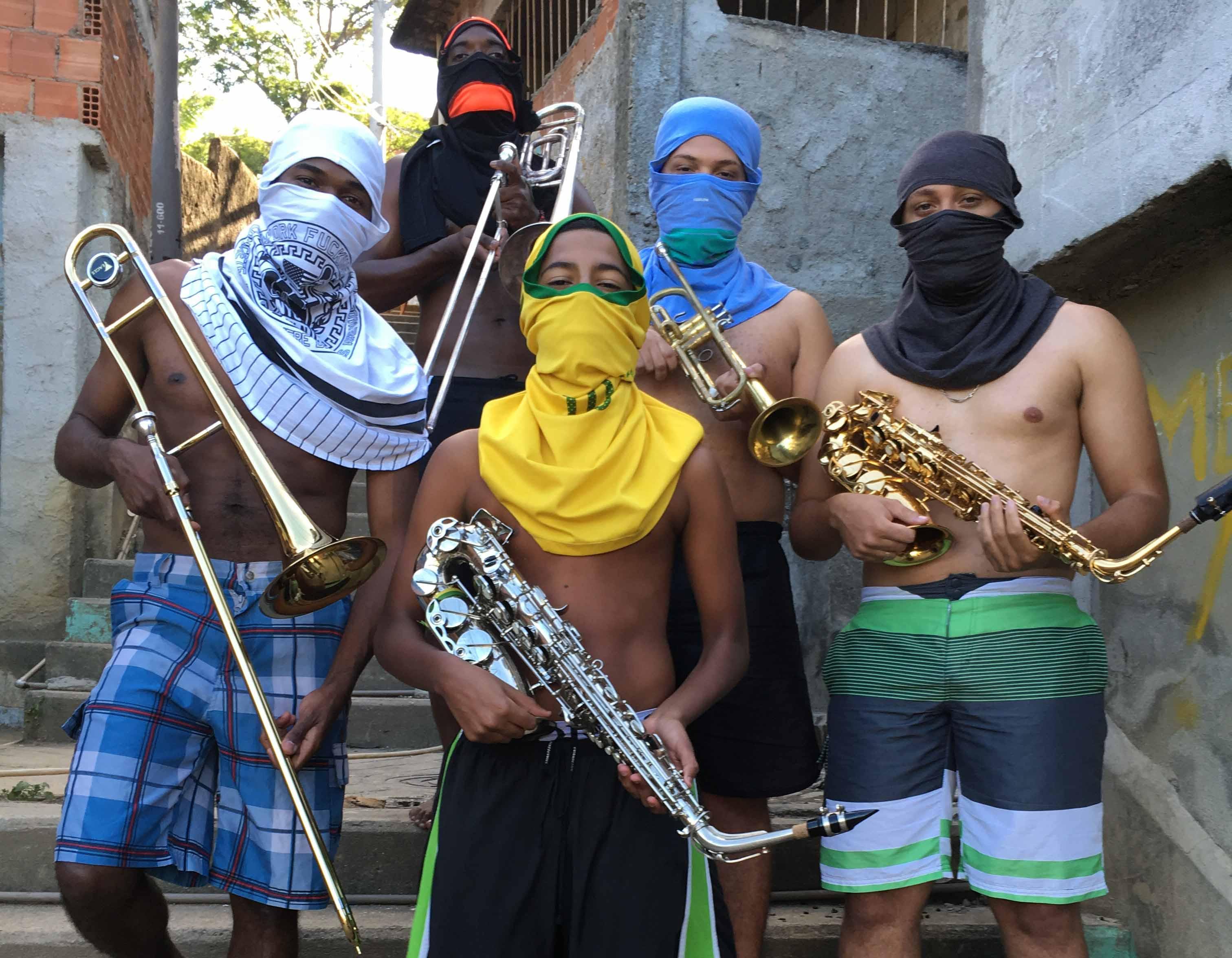Os jovens Márcio Santana (trombone), Israel (saxofone), Misael (trompete), Gilson (trombone) e Matheus Silva (saxofone). No Morro do Borel. Foto: Anderson Valentim