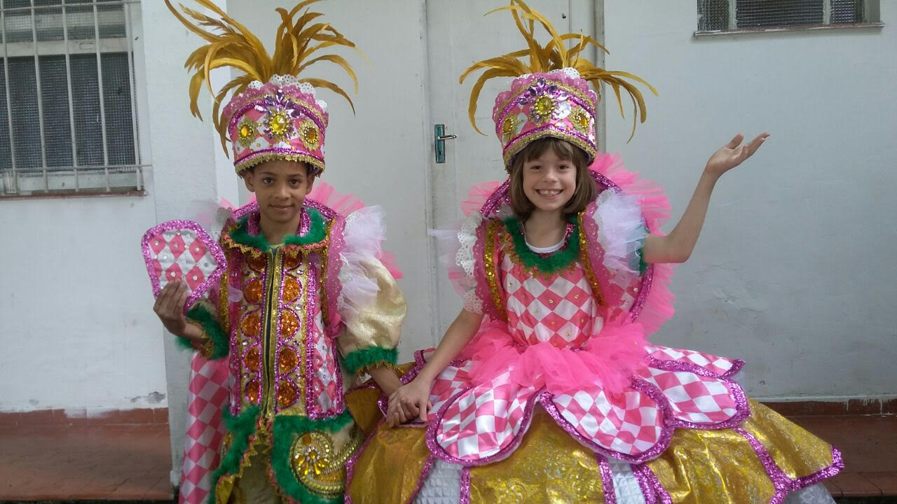 Crianças preparam fantasias, tocam e dançam no desfile dos Batuqueiros do Amanhã