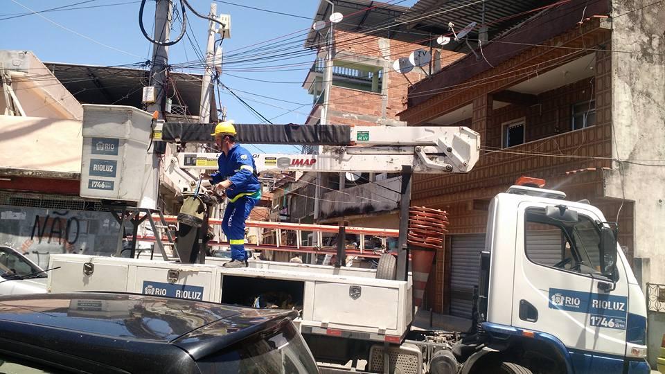 Rio Luz realiza operação no Complexo do Alemão para o conserto na iluminação pública