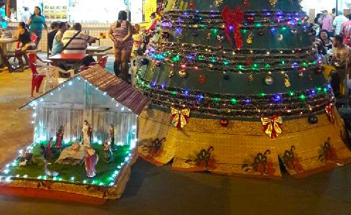 Moradores da Vila Cruzeiro constroem árvore de Natal em praça