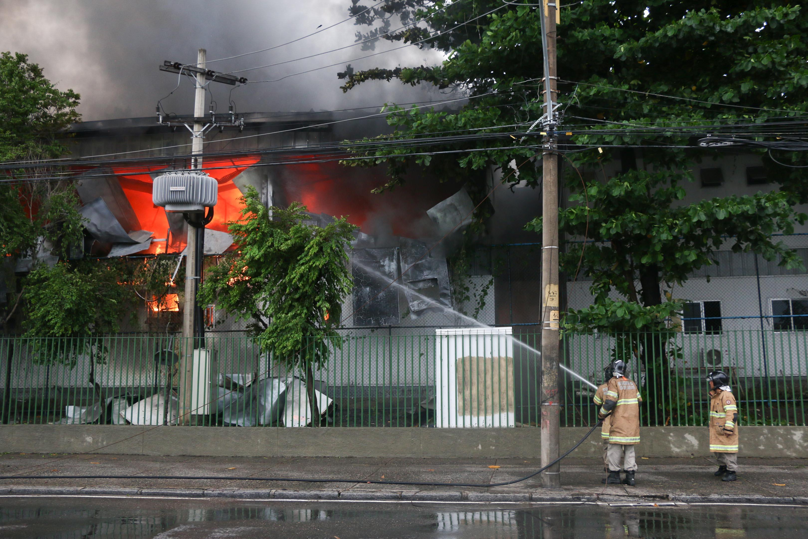 Incêndio destrói parte de Upp na Penha