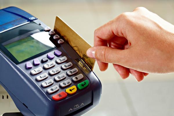 Comerciante pode cobrar valores diferentes para compras pagas em cartão ou cheque