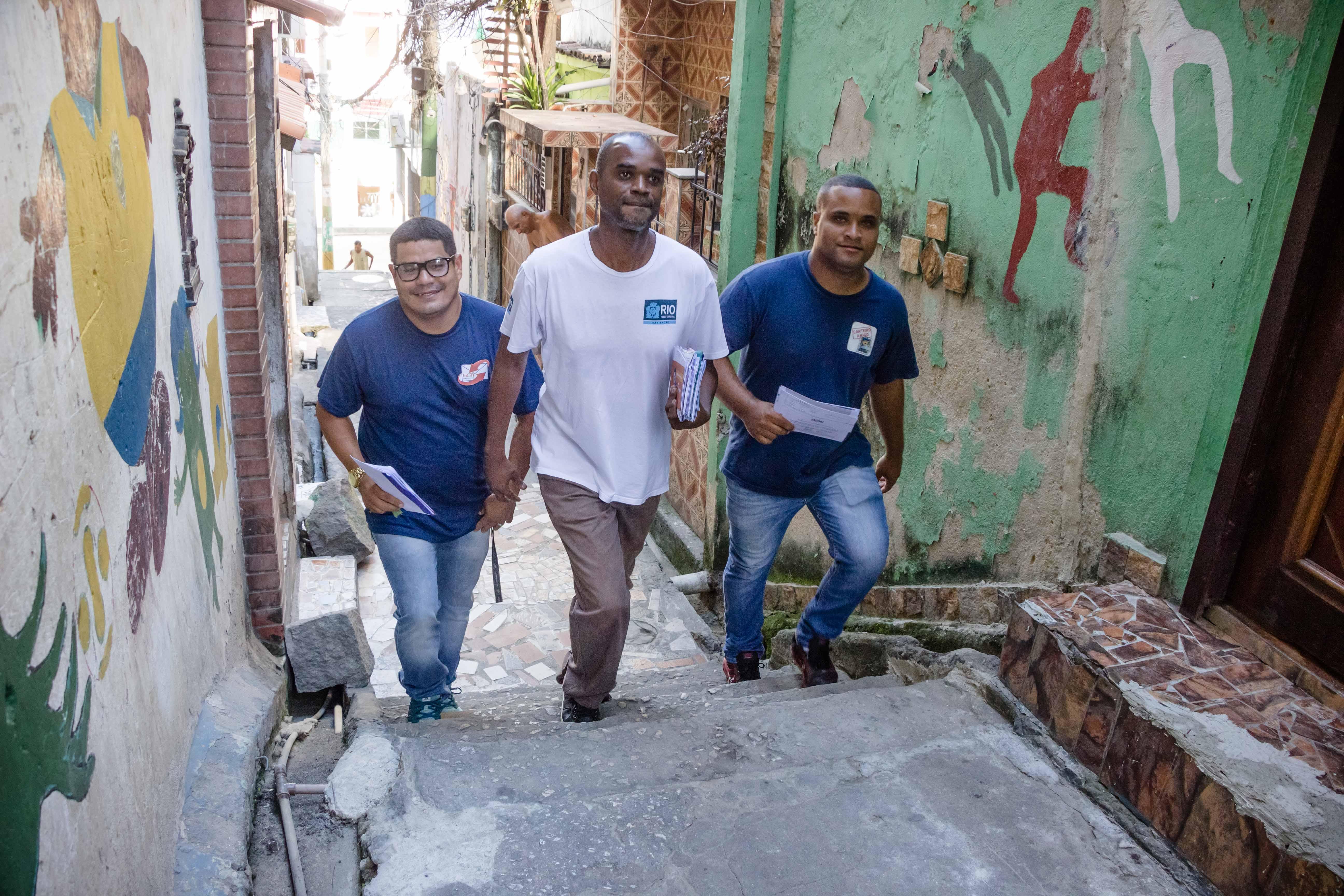 Grupo Carteiro Amigo faz entrega de cartas na casa de moradores