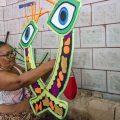 Maria de Nazaré prepara os adereços da escola há 25 anos - Foto: Renato Moura/Jornal Voz Das Comunidades