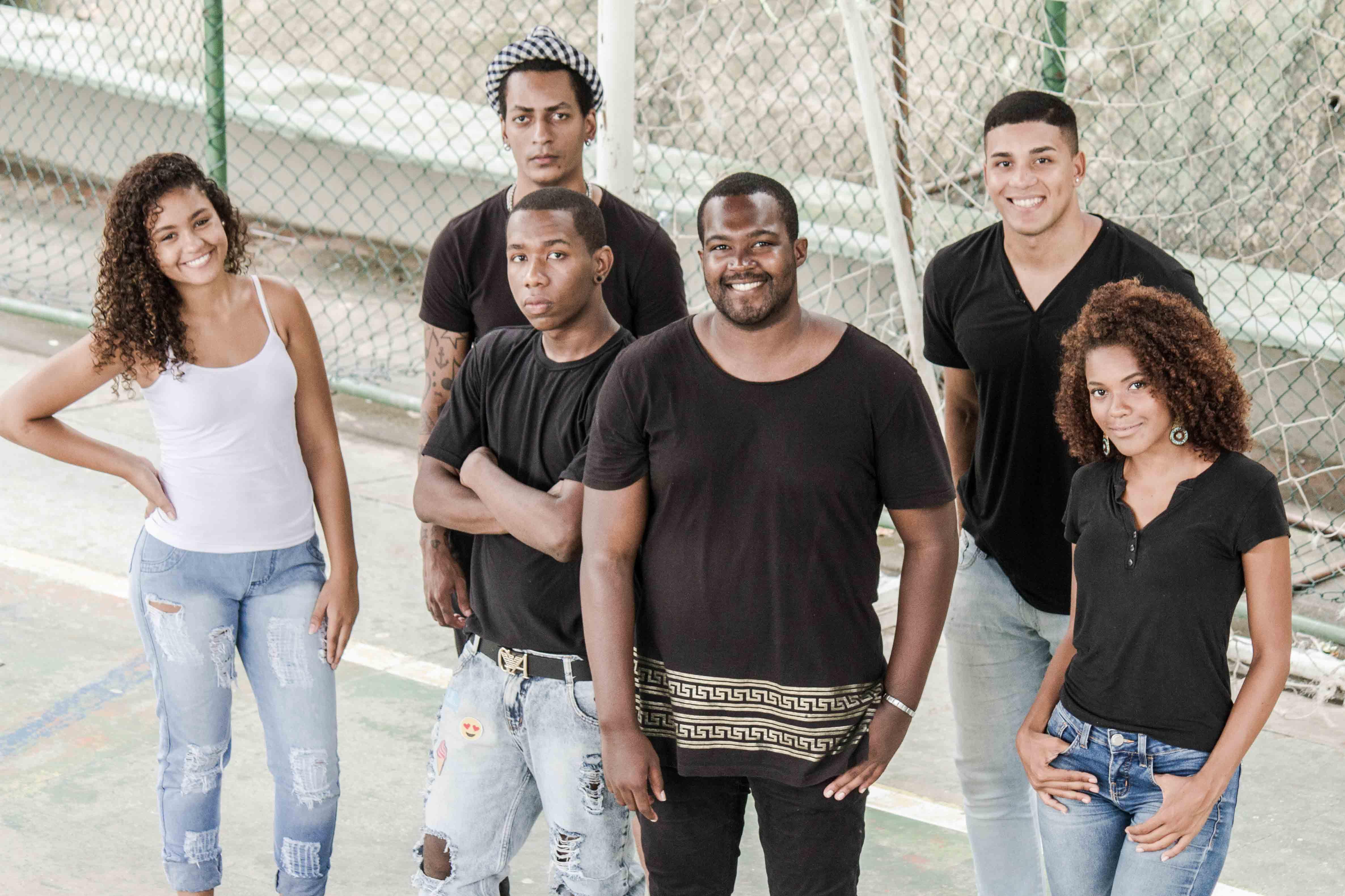 Eduardo Rosa (centro) com sua equipe do 'Rei e Rainha da Favela'. - Foto: Rodrigo Chadí/Jornal Voz Das Comunidades