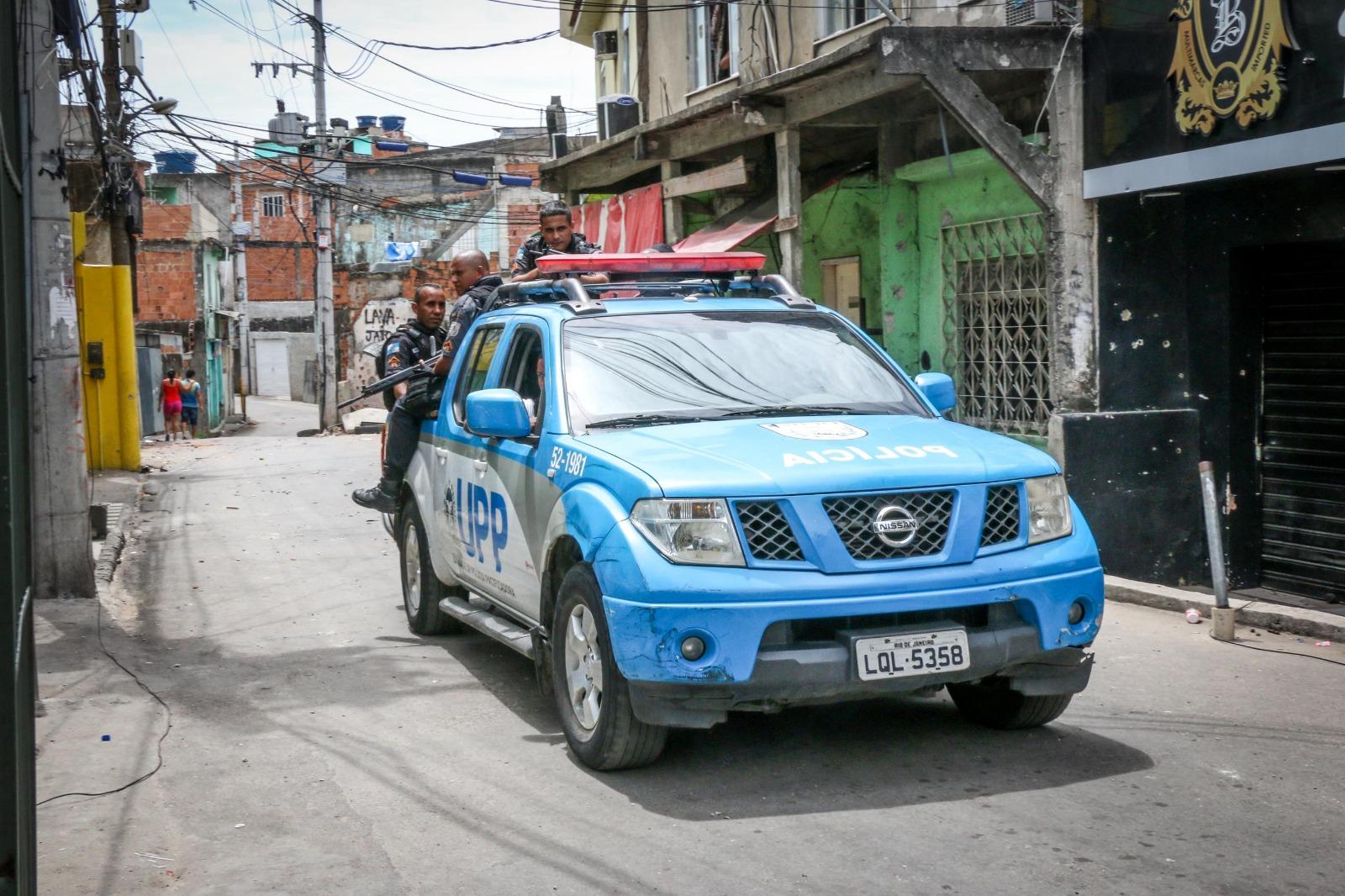 Comandante da UPP determina saída imediata de polícias de lajes de moradores da Praça do Samba