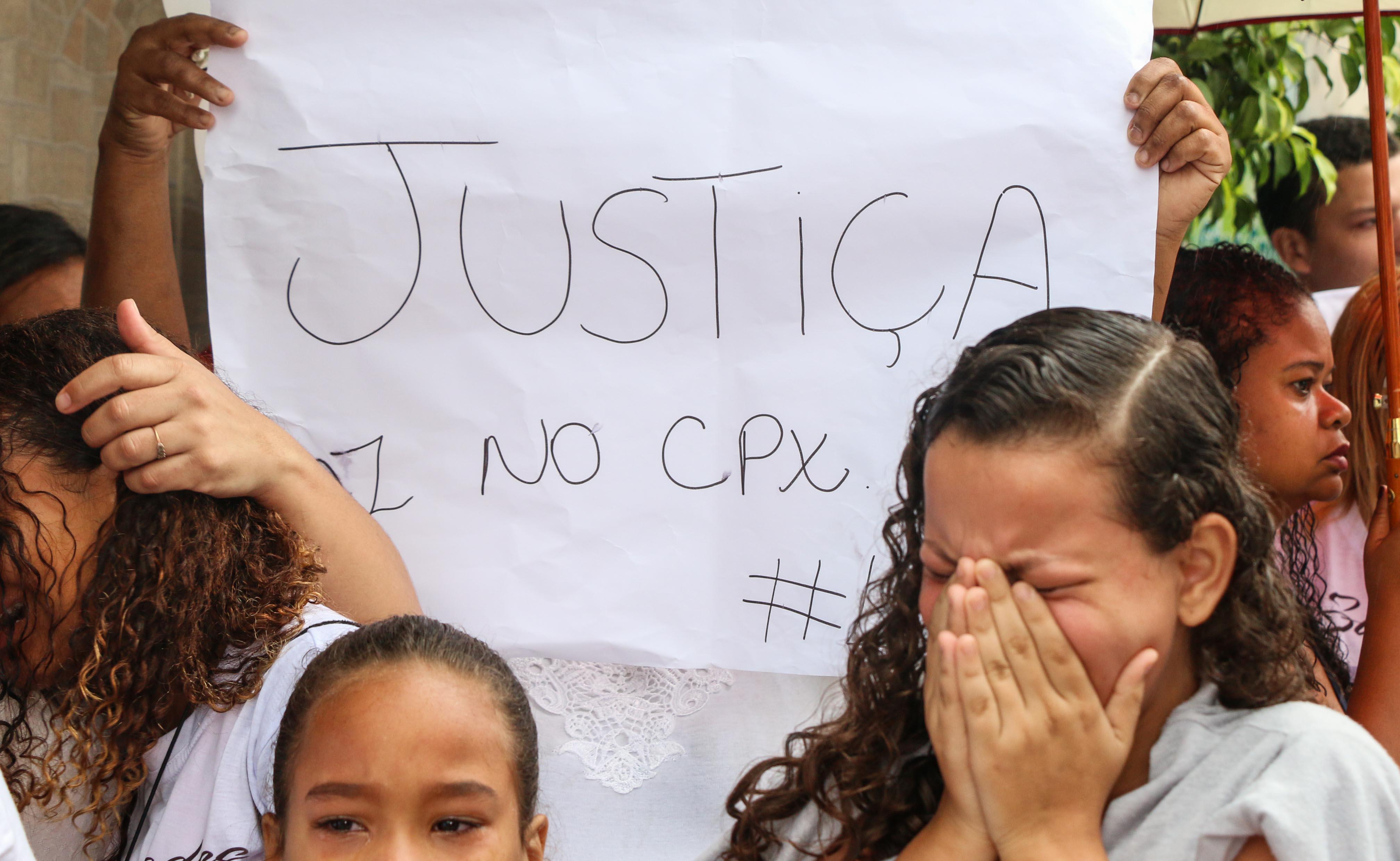 Amigos protestam durante enterro de Gustavo Silva Foto: Betinho Casas Novas
