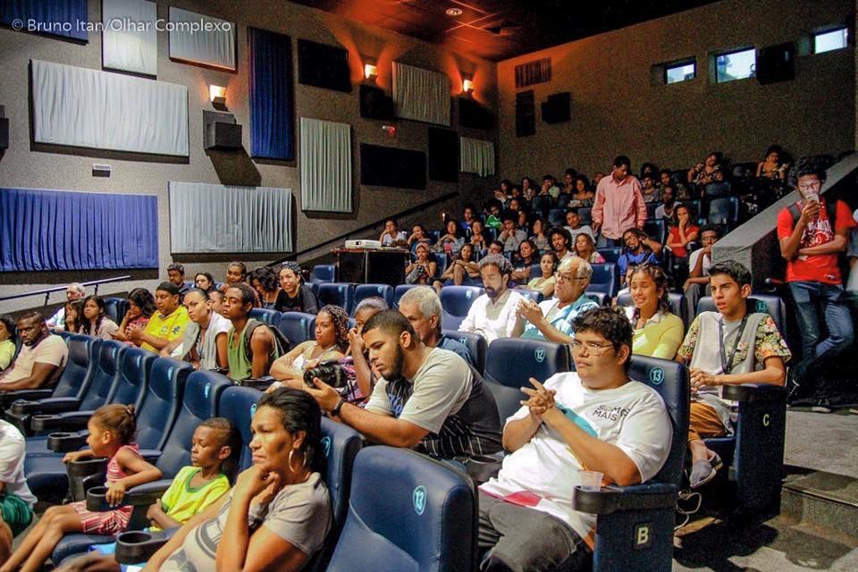 Cerca de 80 moradores estavam na estréia do filme 'Somos Mais' no cinema da Nova Brasília, no Complexo do Alemão. Foto: Bruno Itan/Voz das Comunidades