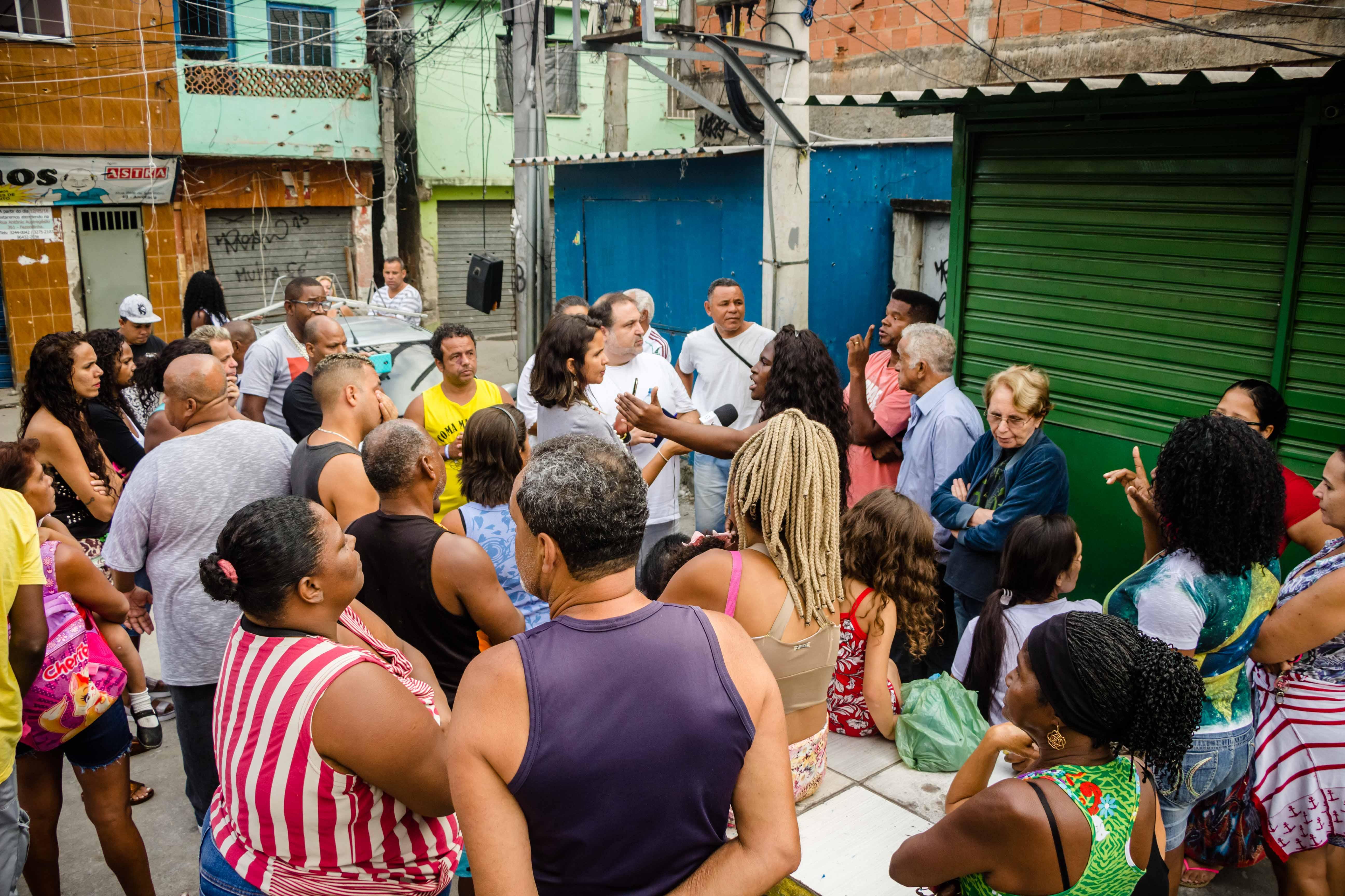 Cerca de 40 moradores participaram da reunião, que aconteceu na Praça do Zumbi - Foto: Renato Moura/Voz Das Comunidades