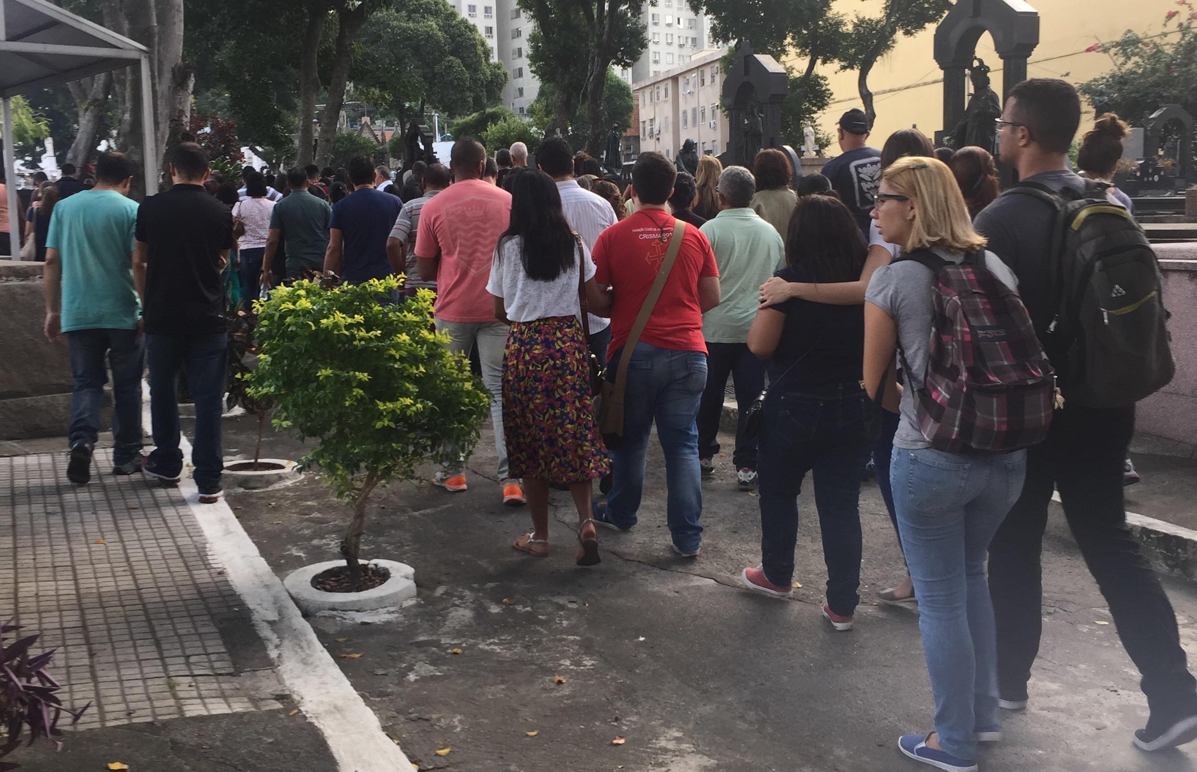 Moradora do Complexo do Alemão é enterrada no centro do Rio
