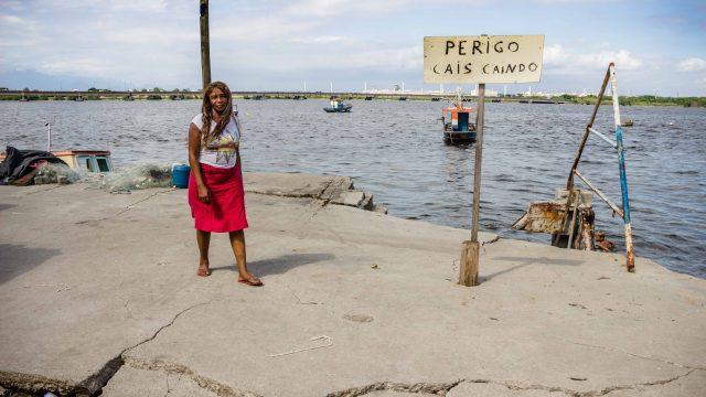 Dona Maria reclama que até hoje ninguém da prefeitura foi no cais - Foto: Renato Moura/Voz Das Comunidades