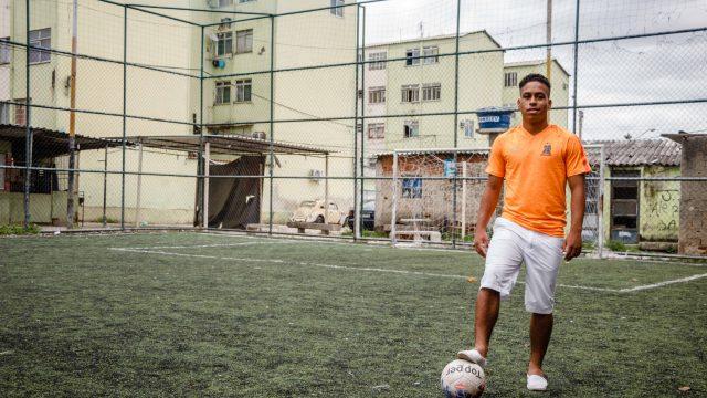 Apesar de ter levantado o troféu pelo time Vila Aliança, comunidade de Bangui, Juninho é cria da favela do Fumacê - Foto: Renato Moura/Voz Das Comunidades