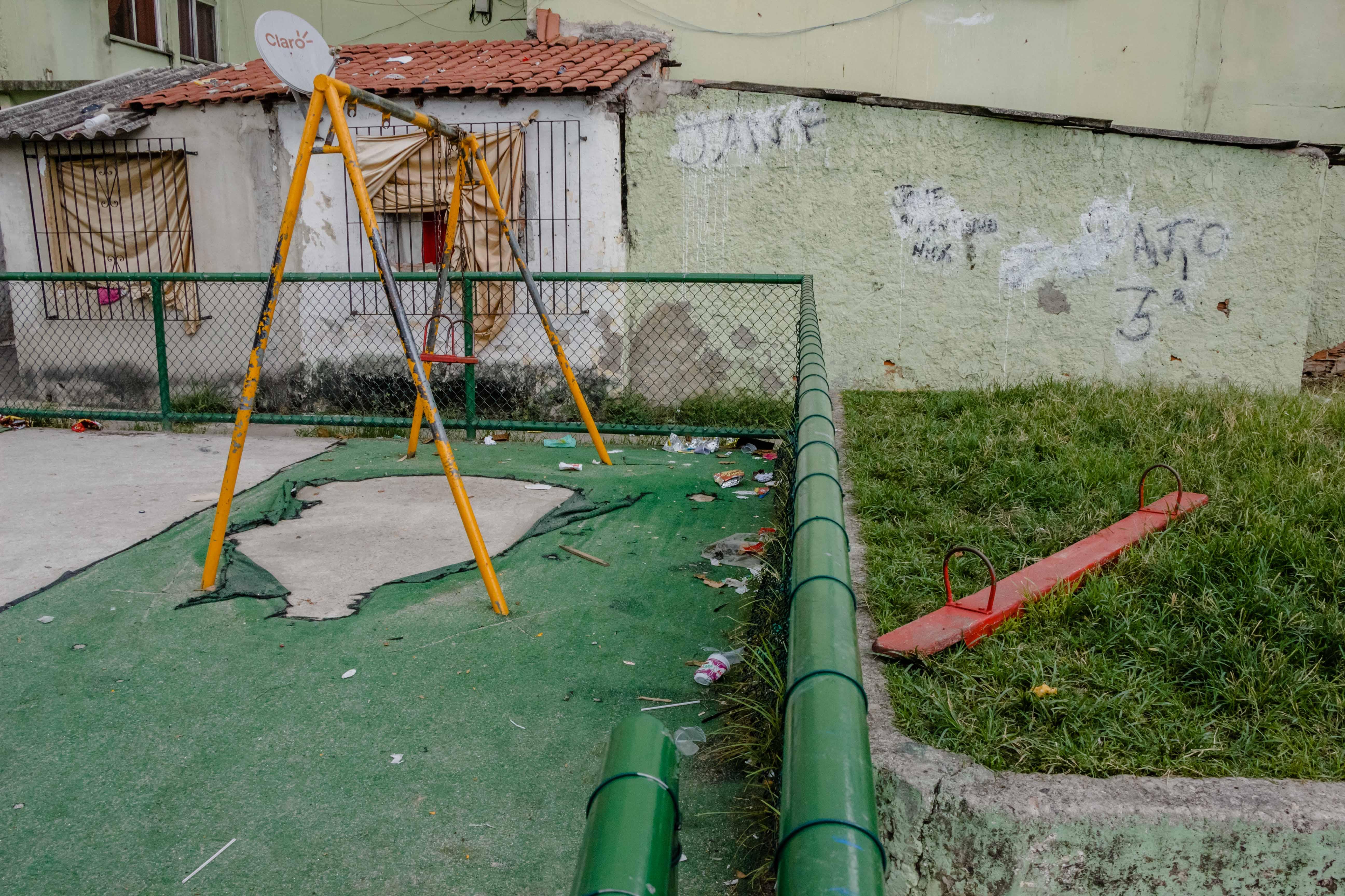 Moradores da Favela do Fumacê reclamam que a única praça da comunidade não tem atração para jovens