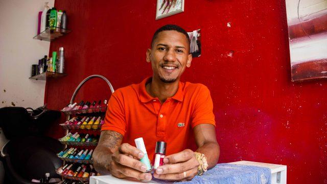 Toda segunda-feira ele dá aula do seu método de fazer a unha e decoração - Foto: Renato Moura/Voz Das Comunidades