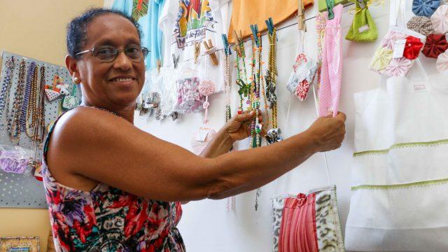 Dona Antônia exibe o material produzido na comunidade - Foto: Betinho Casas Novas