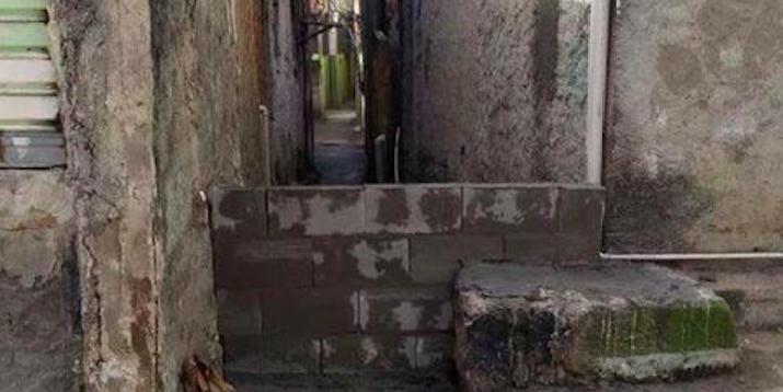 Após ocupar casa de moradores, UPP fecha beco com muro no Complexo do Alemão