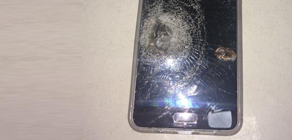 Mulher é salva pelo celular por bala perdida no Complexo do Alemão