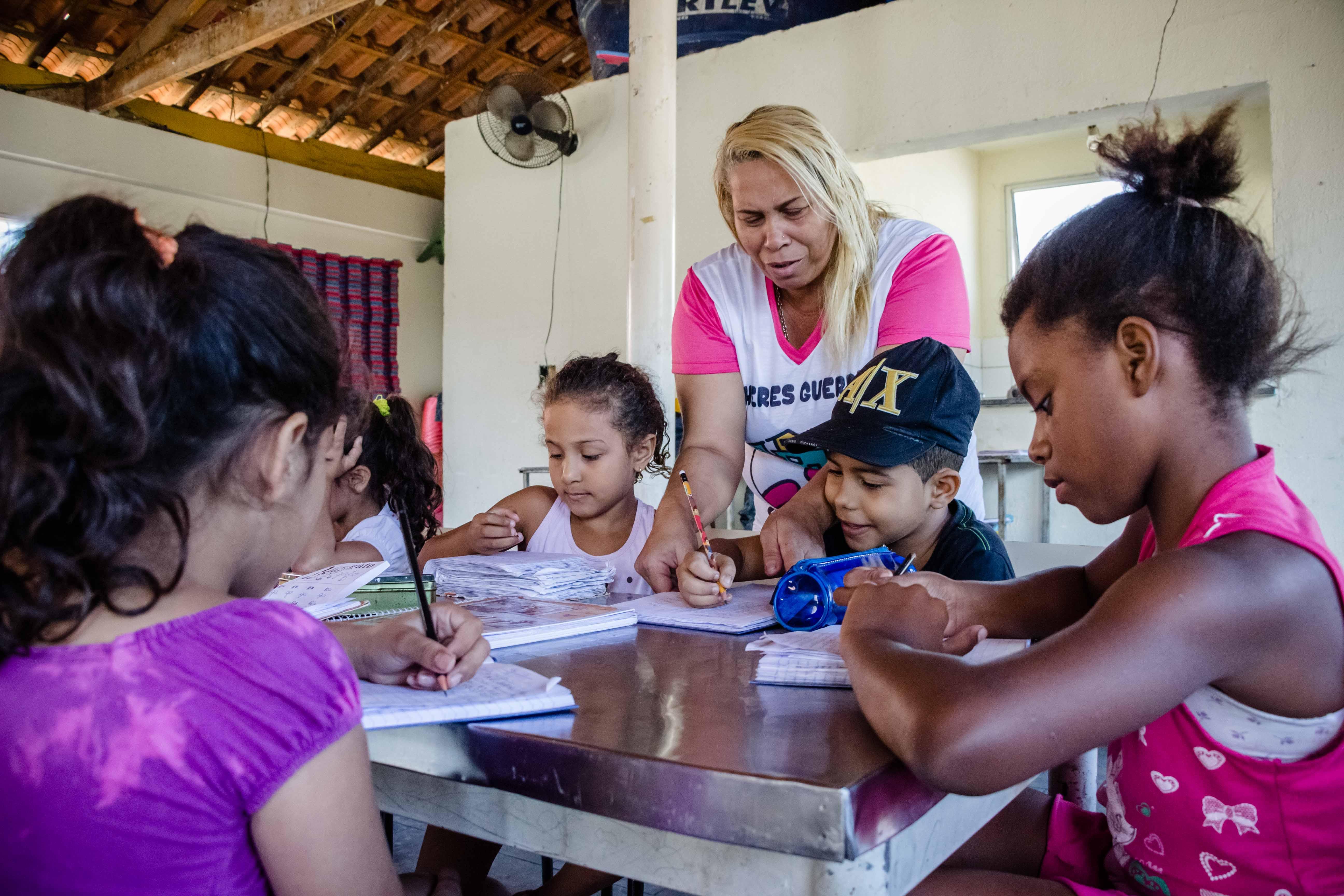 Projeto 'Mulheres Guerreiras' oferece reforço escolar gratuito no Complexo do Alemão