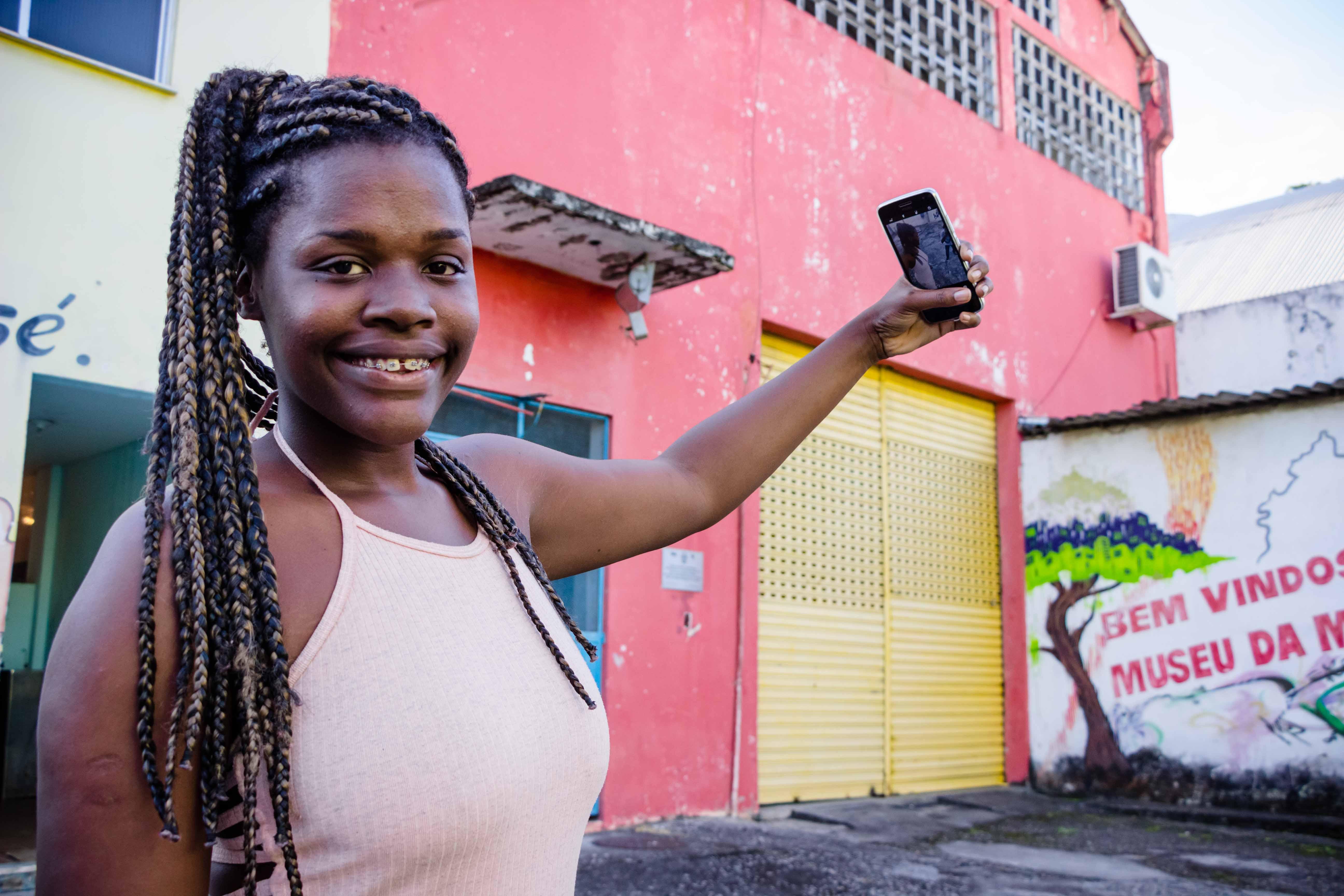 """""""Marilene, não se mete!"""": Dona do bordão ganha placa de 100 mil inscritos do YouTube"""