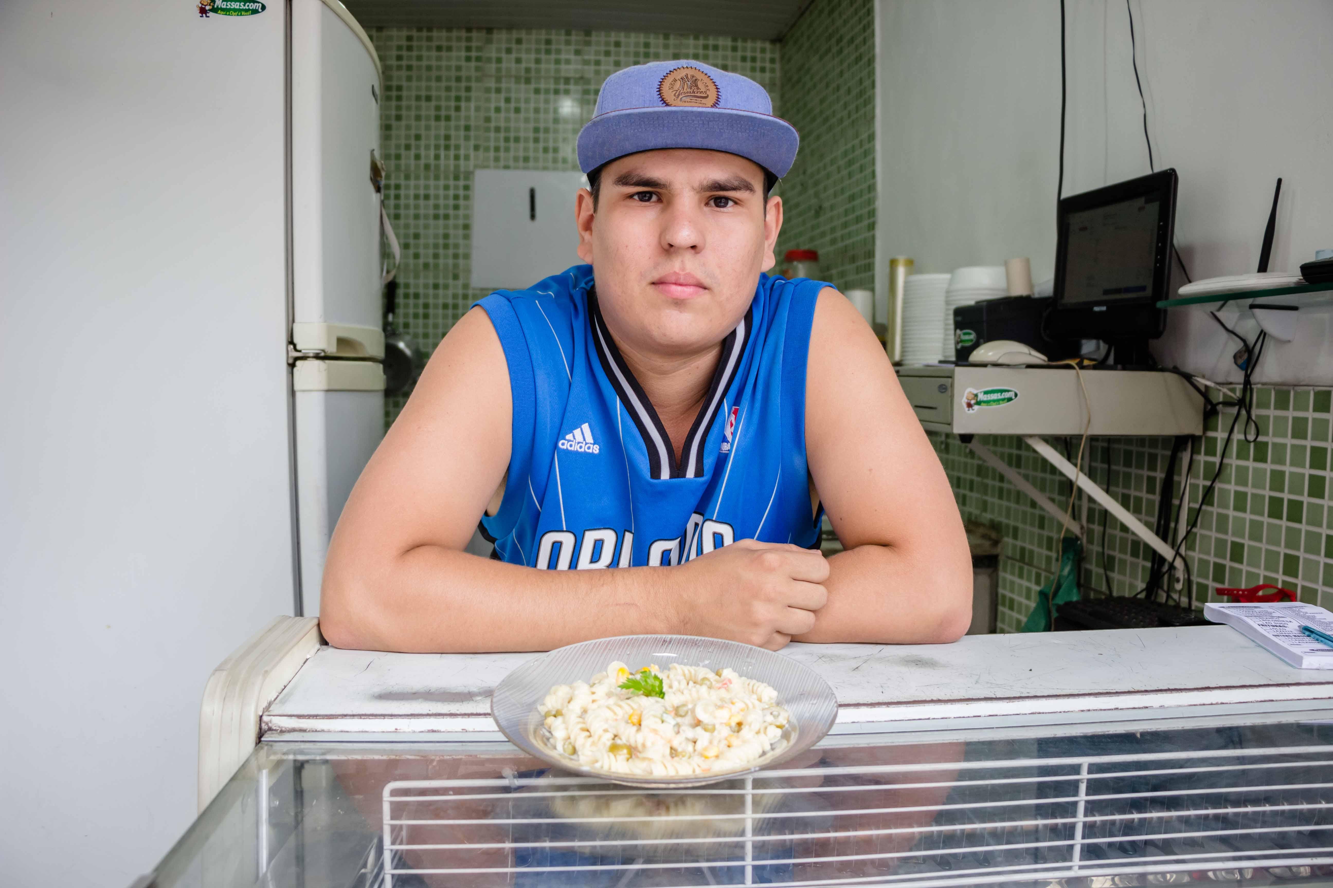 """Helder decidiu abrir seu negócio para que as pessoas tenham mais opções de """"faça você mesmo seu prato'. Foto: Renato Moura/Voz Das Comunidades"""