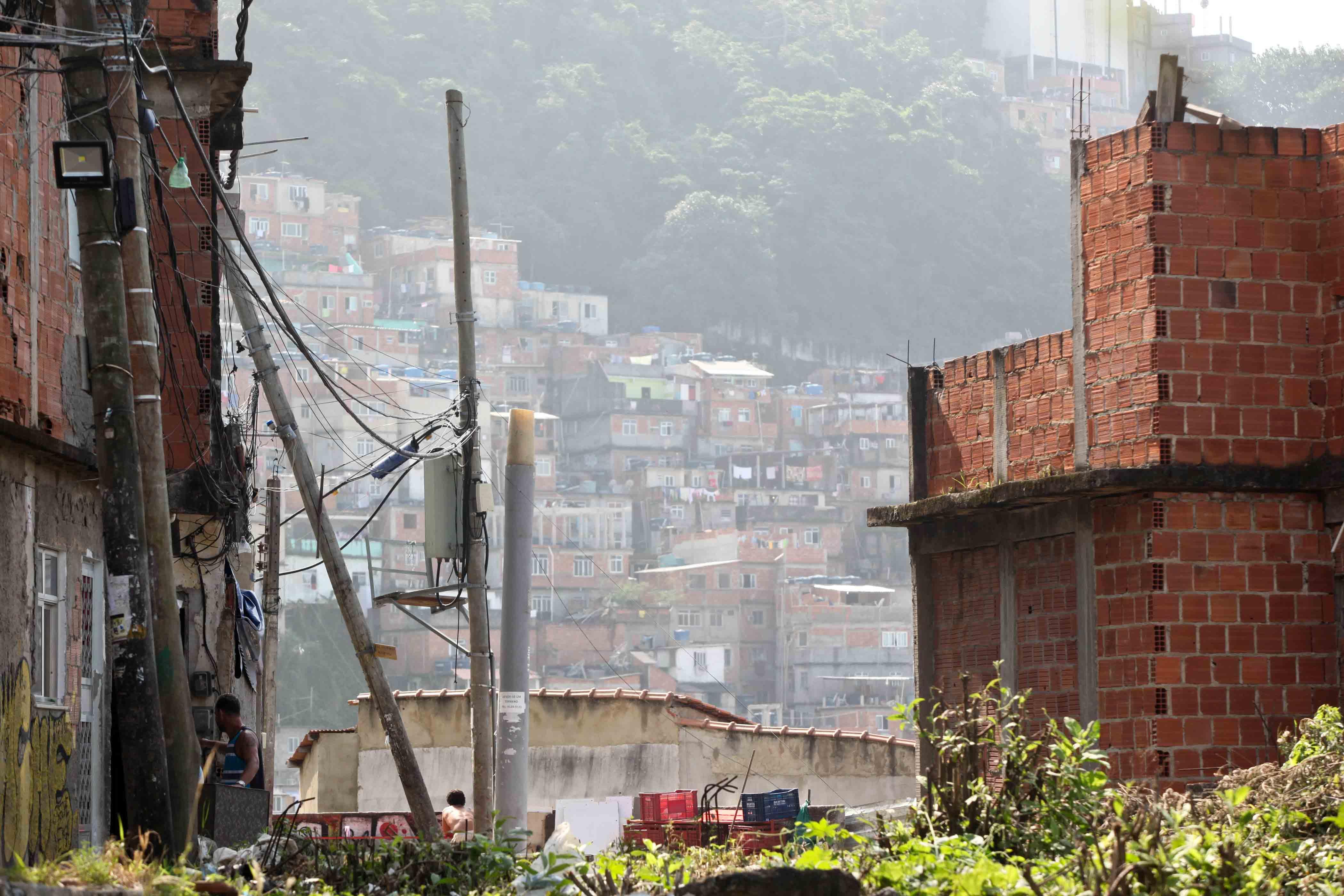 Postes caindo ameaçam a vida dos moradores do complexo de favelas Pavão-Pavãozinho-Cantagalo