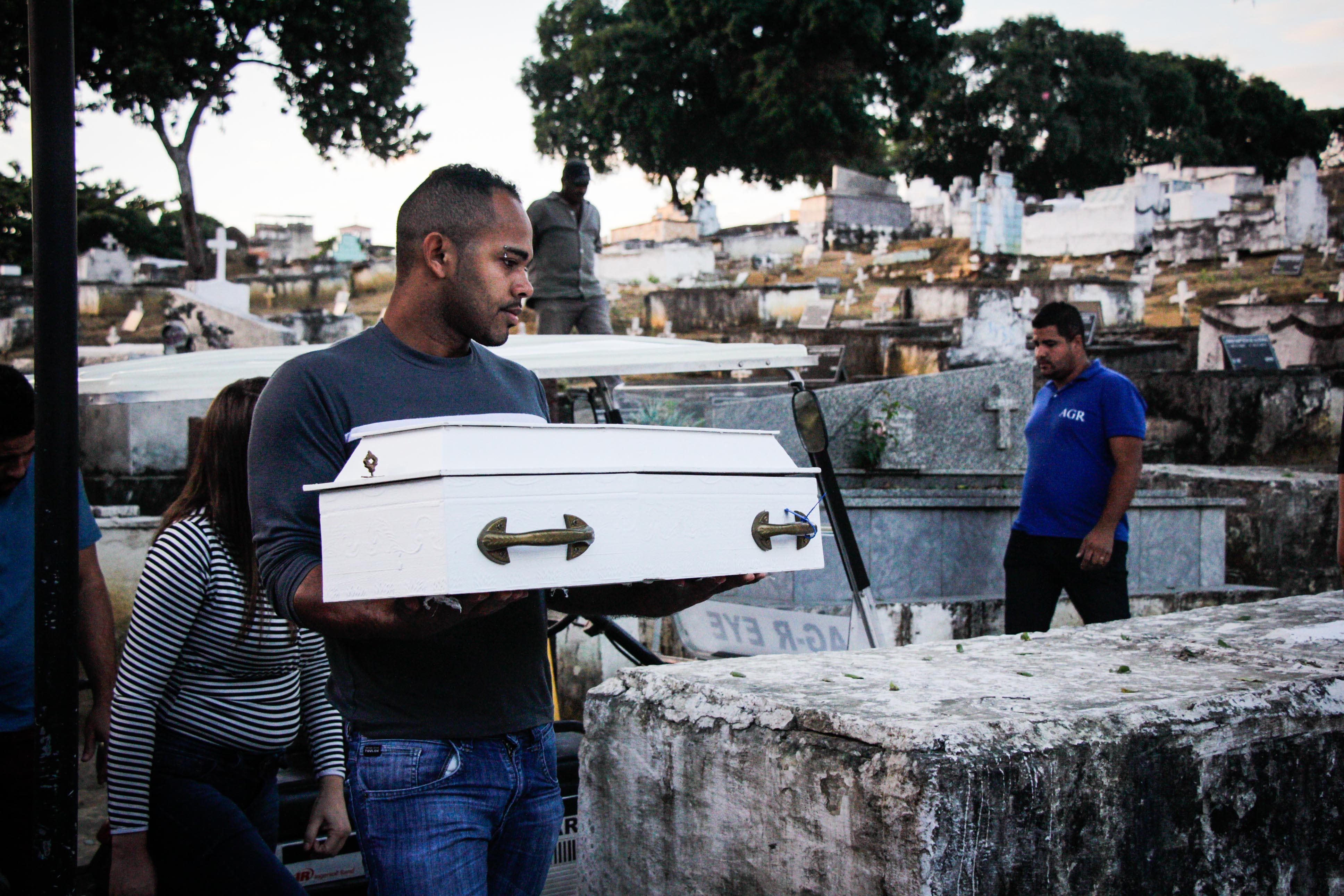Bebê baleado na barriga da mãe é enterrado em Caxias