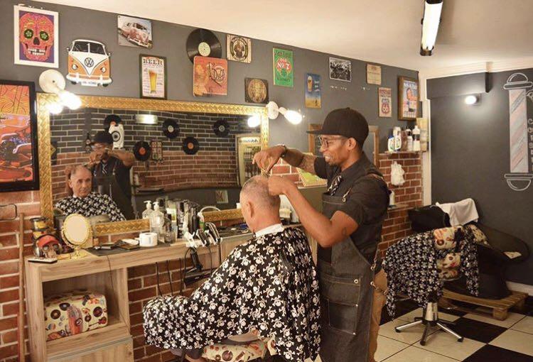 Jovens empreendedores modernizam o atendimento nas barbearias da Vila Kennedy