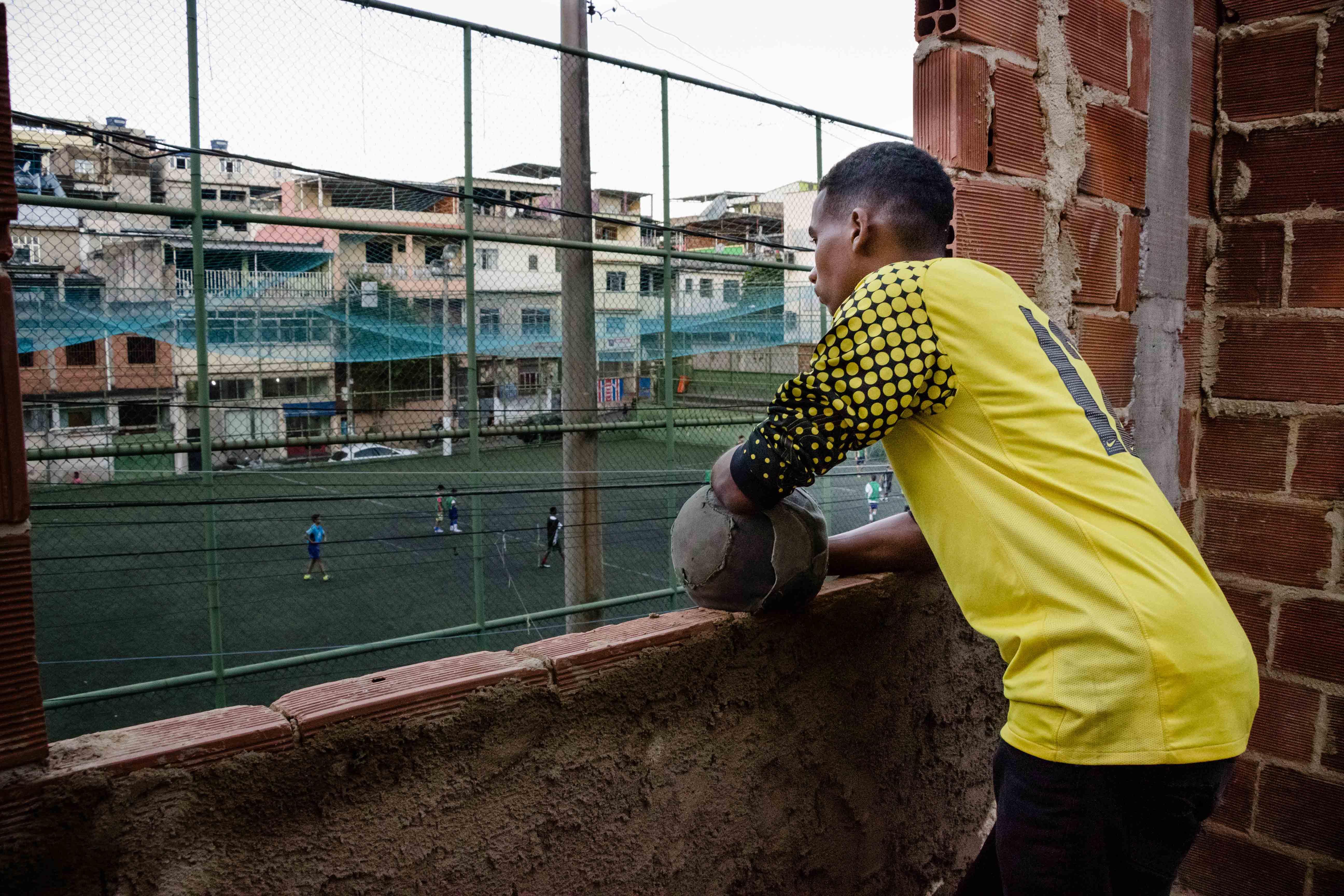 Jovem vai representar o Complexo do Alemão na seleção brasileira de futebol social