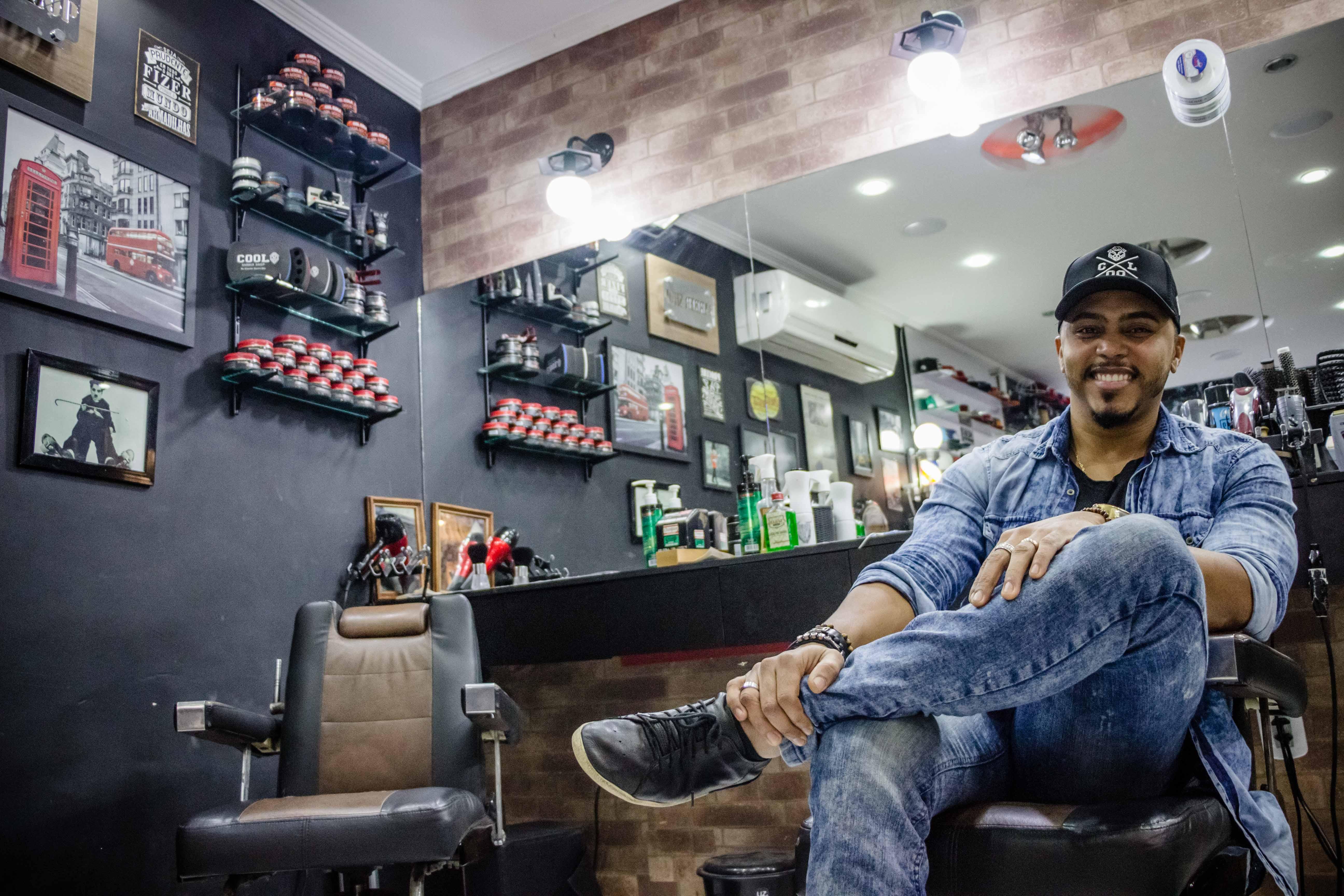 """Muito mais que barba, cabelo e bigode: """"Cool Barber Shop"""" no Complexo da Maré"""