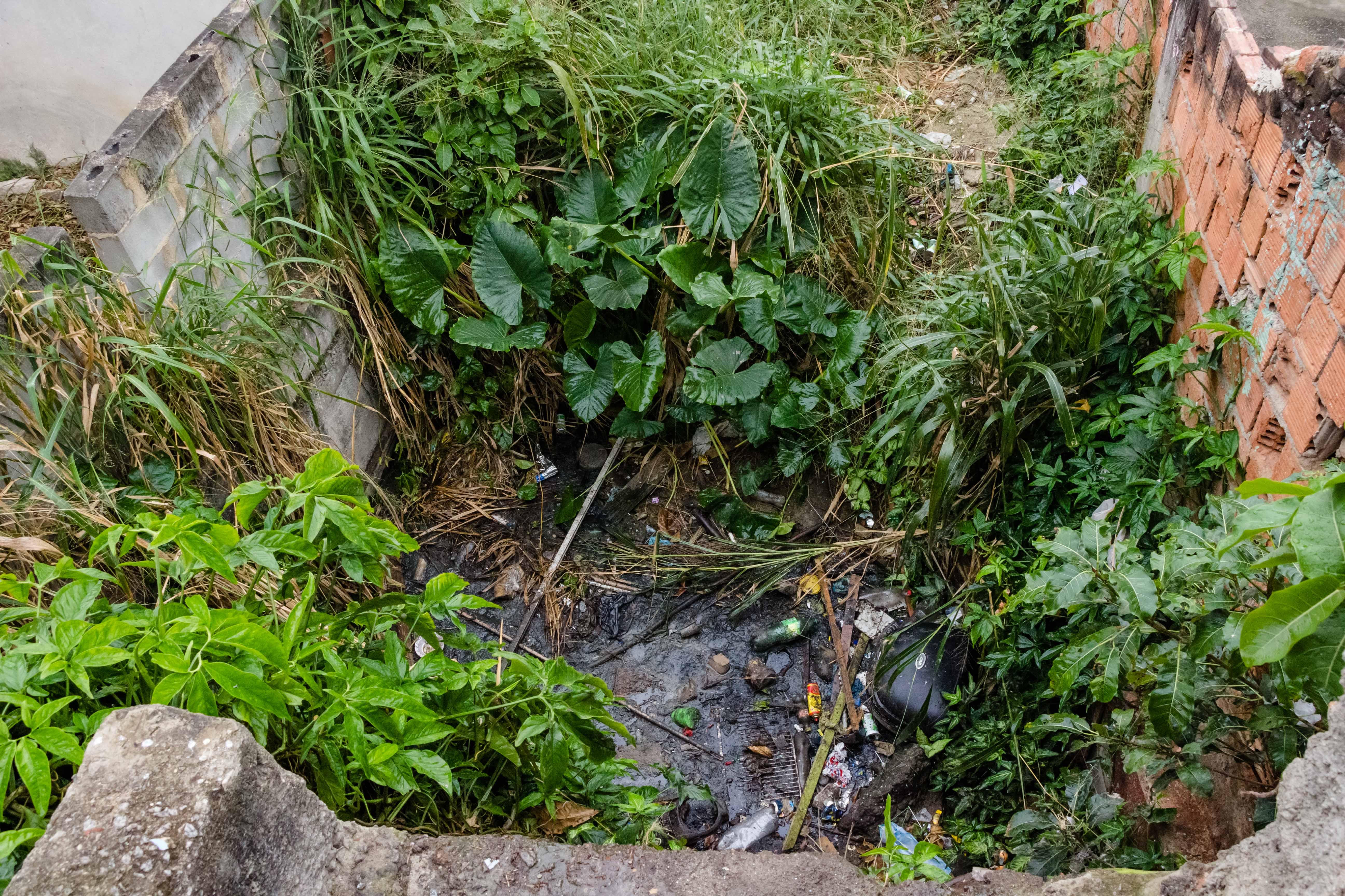 """Falta de saneamento básico na Fazendinha gera revolta; """"Nosso IPTU está em dia!"""""""