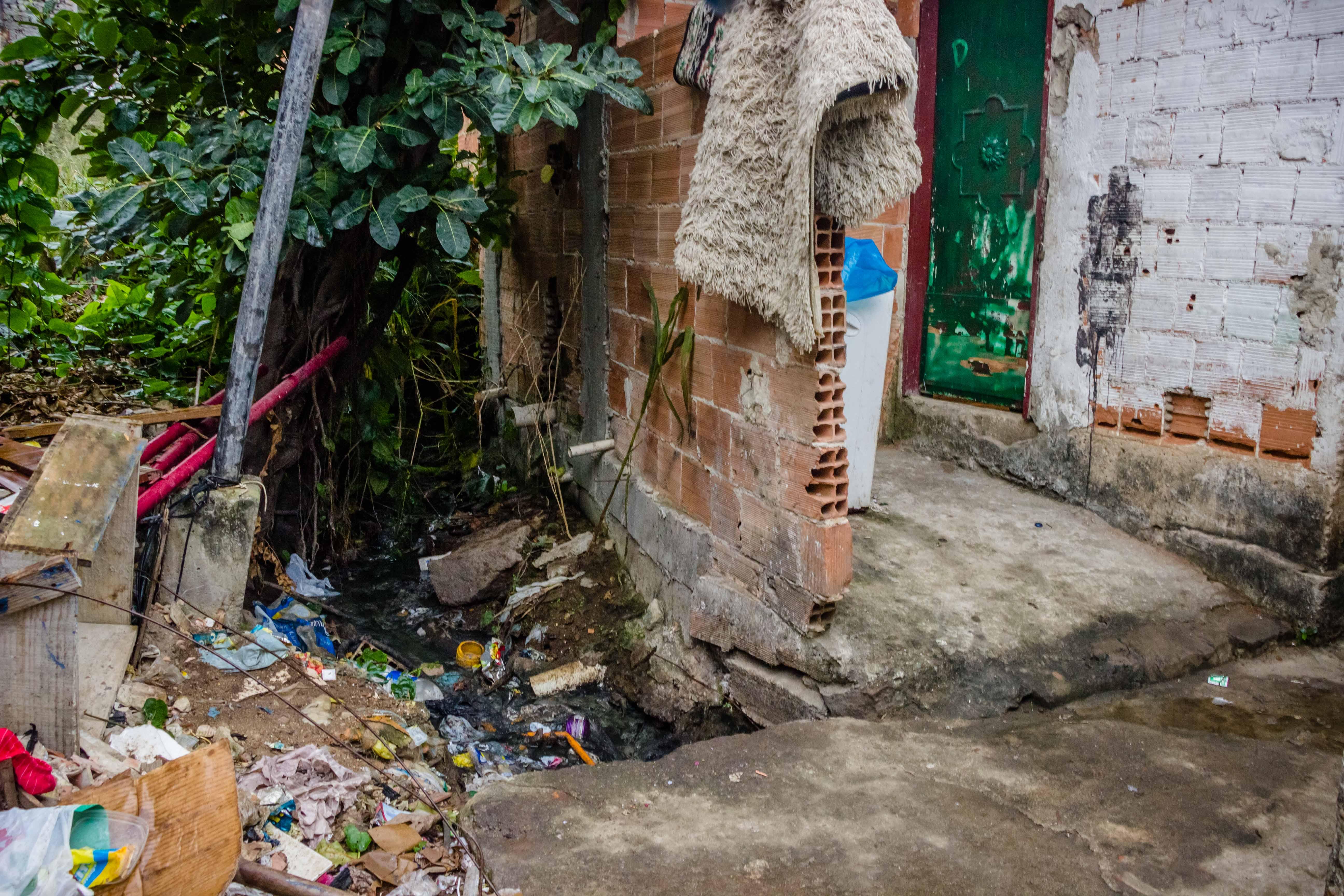 Saneamento básico: Subprefeito e conservação visitarão rua no Complexo do Alemão