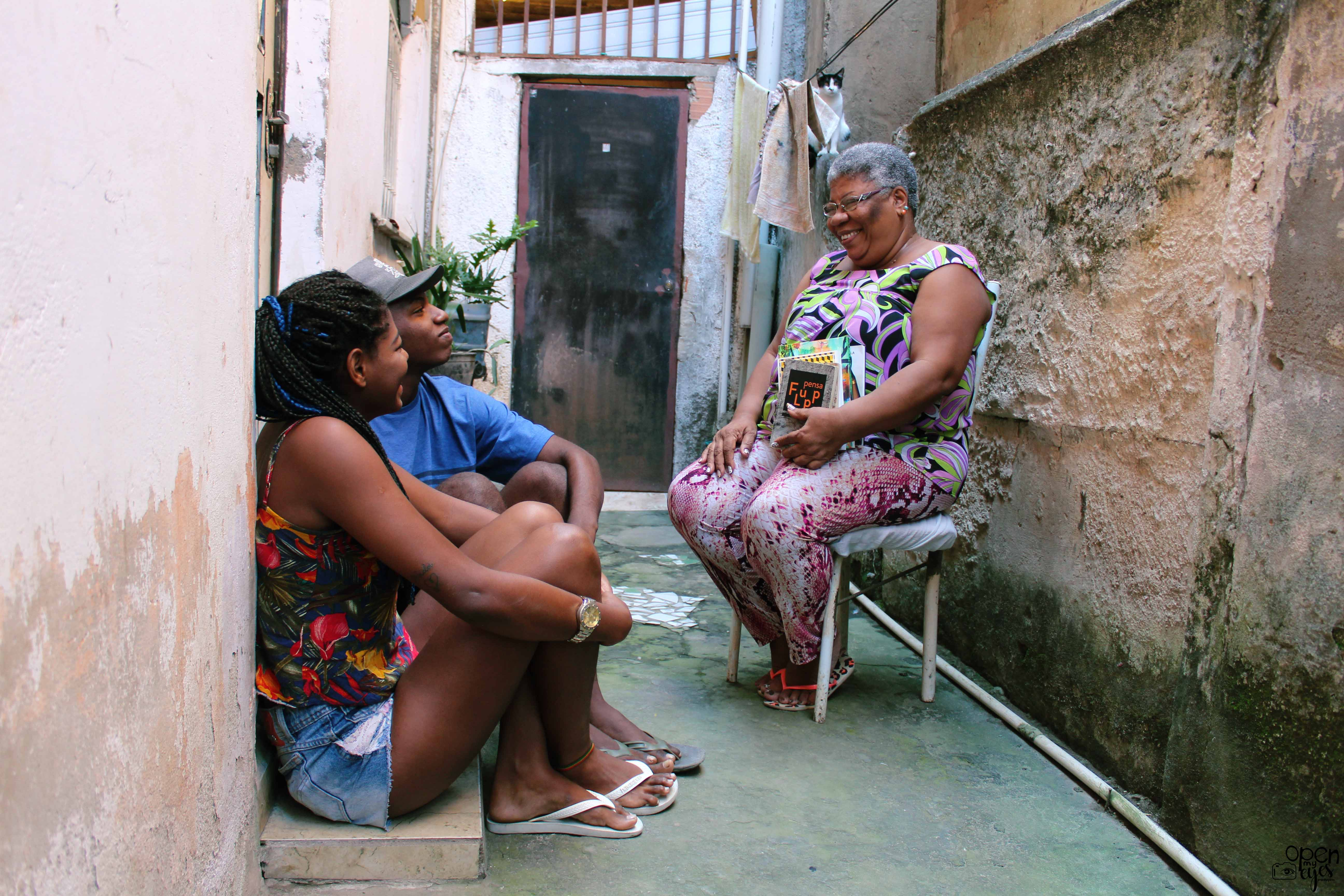 Ex-moradora de rua incentiva leitura na Vila Vintém para os moradores