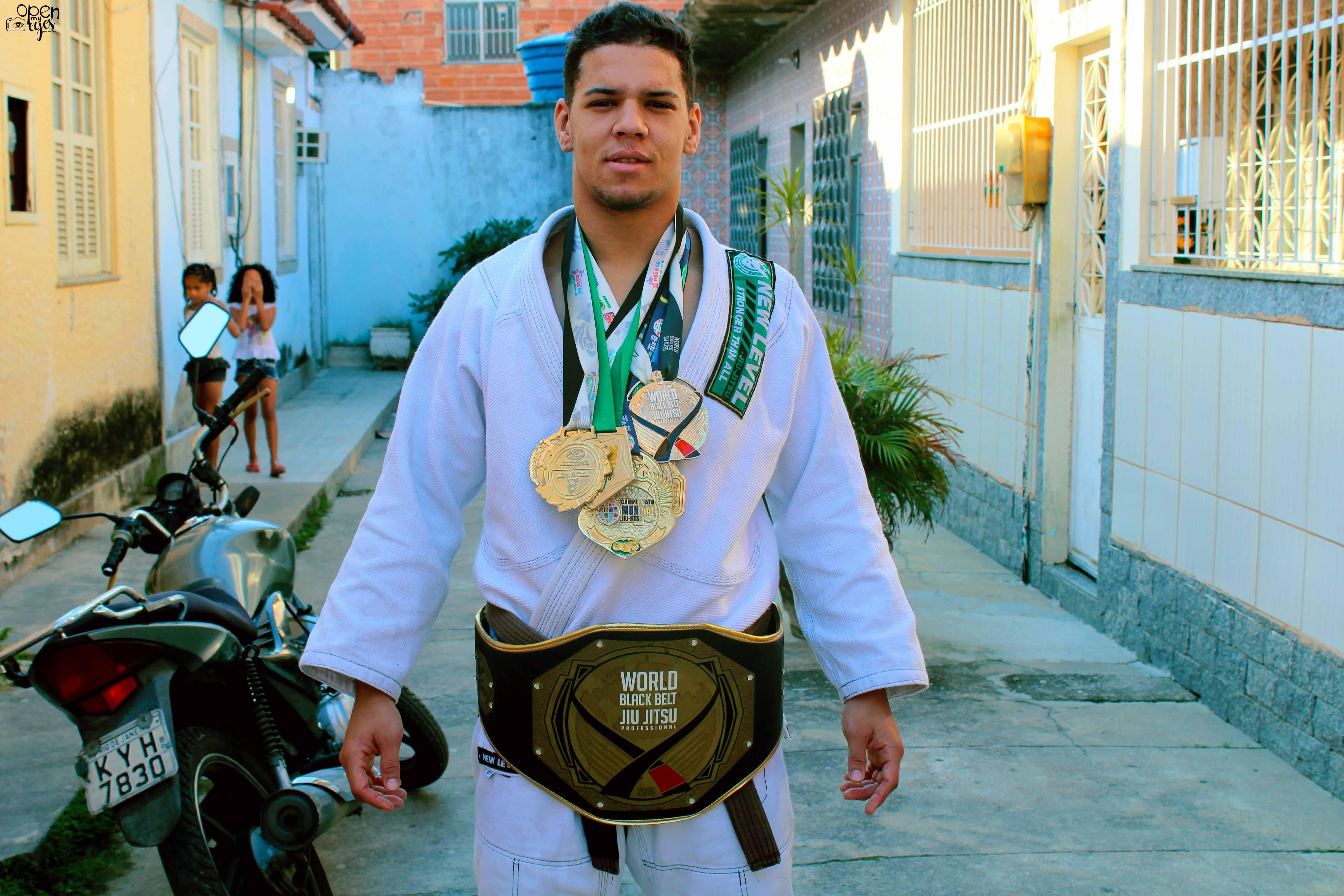 Yuri Santos coleciona medalhas de campeonatos que já participou pelo mundo, em países como frança, Itália, Portugal e Estados Unidos - Foto: Caio Lima
