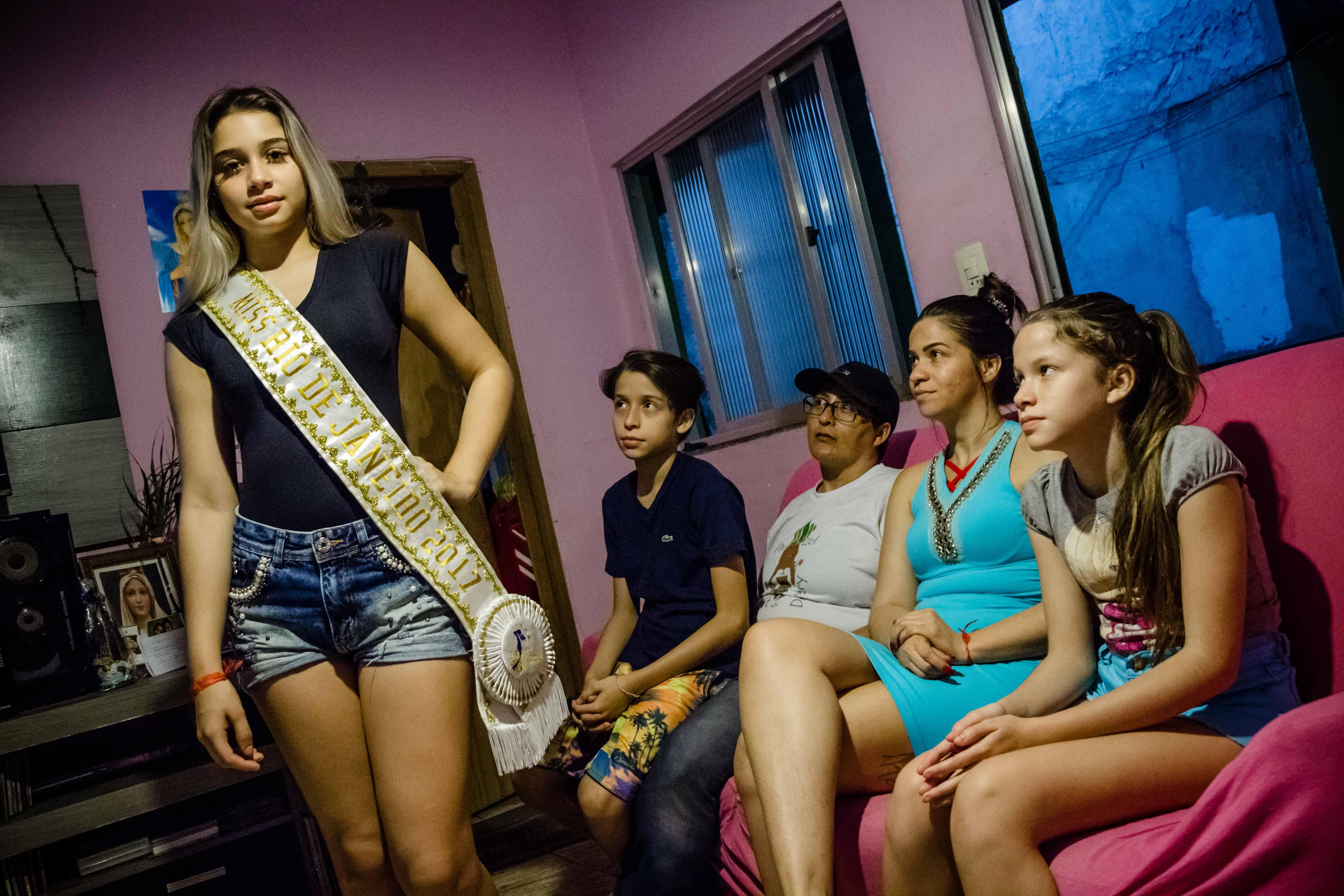 Jéssica Lisboa exibe a faixa de Miss Rio de Janeiro ao lado da mãe, da madrasta, e do casal de irmãos gêmeos. Foto: Renato Moura/Voz Das Comunidades