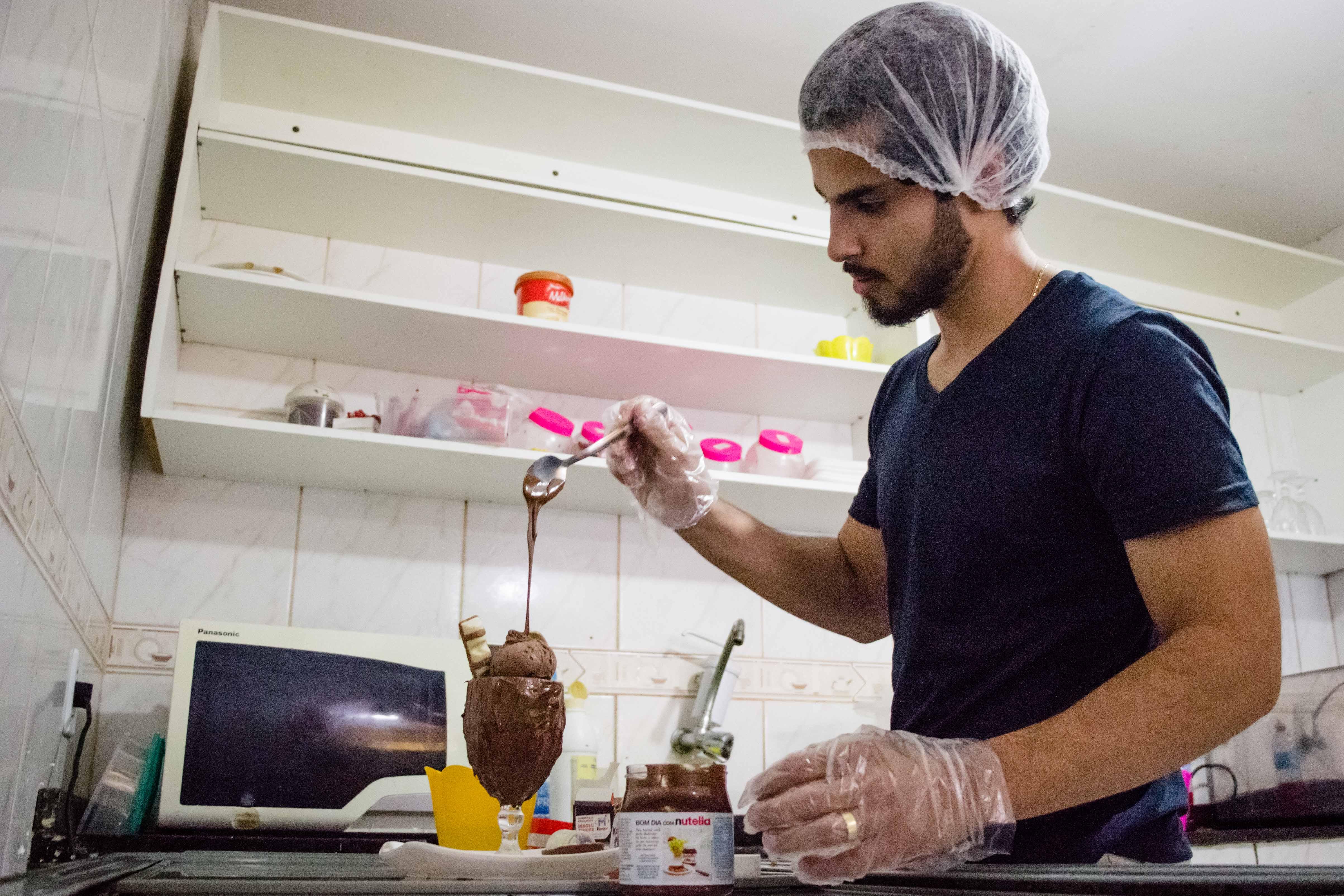 Formado em gastronomia, Marcos aplica suas habilidades no negócio - Foto: Renato Moura/Voz Das Comunidades