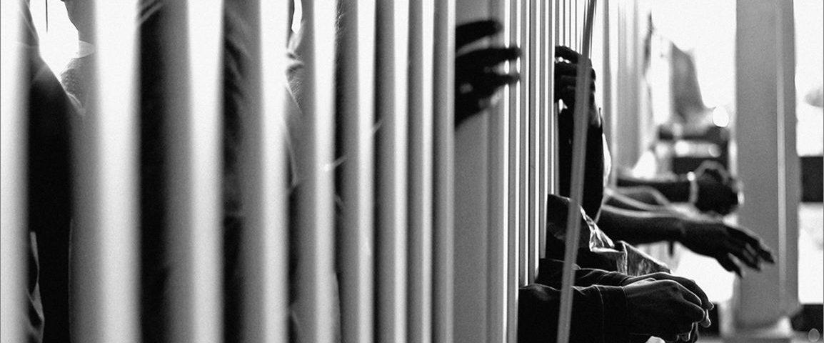 OPINIÃO – A seletividade do sistema judiciário e a criminalização da pobreza: Justiça para todos ou cega para alguns?