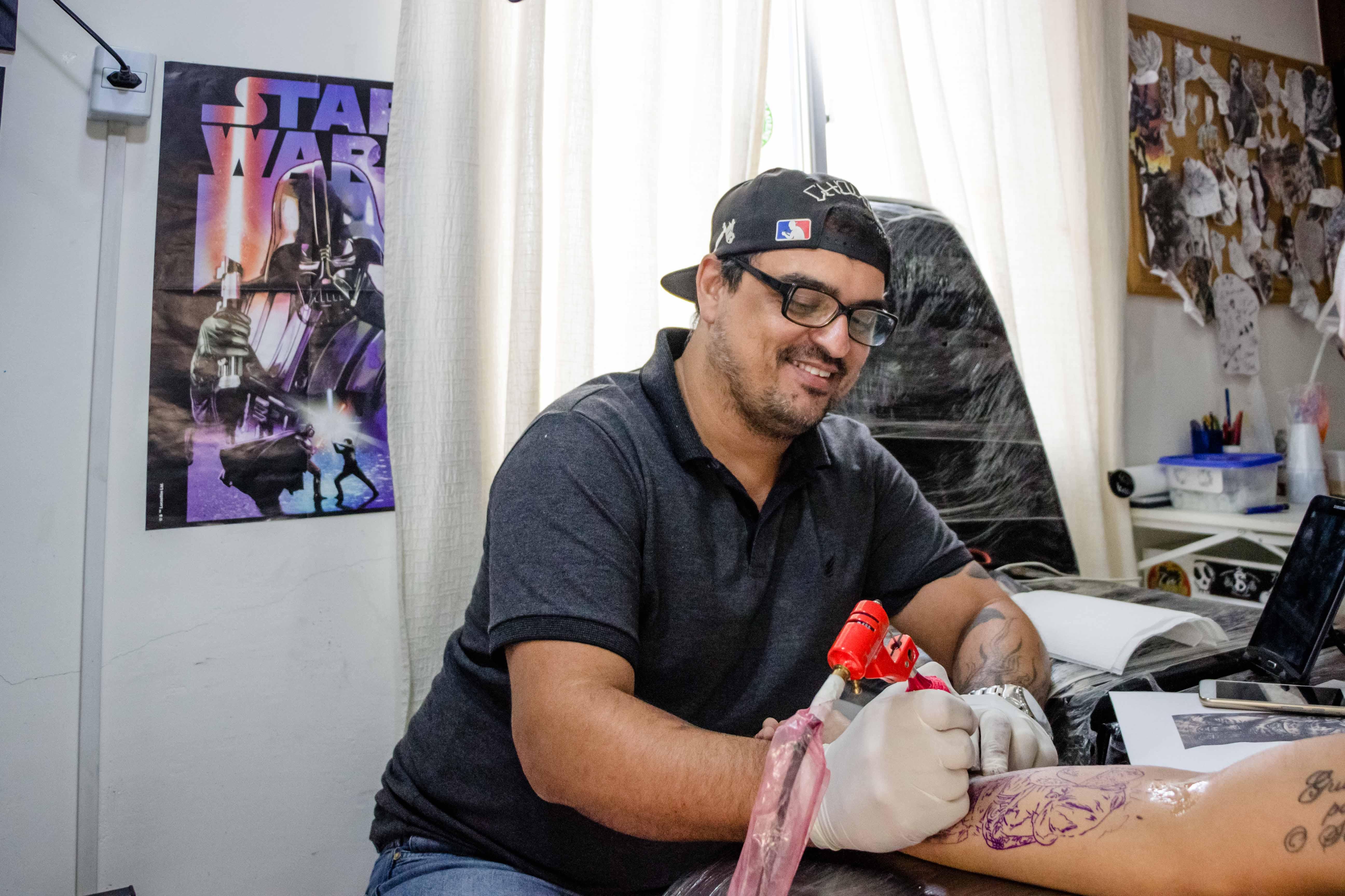 """A arte do rabisco que virou negócio: """"Landmann Tattoo"""" no Complexo da Maré"""