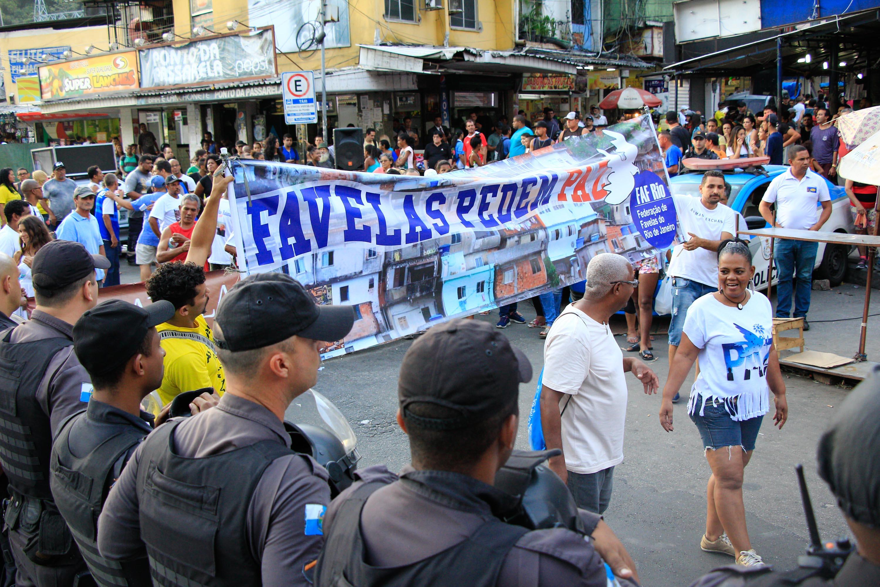 Moradores da Rocinha e de outras comunidades protestam pela Paz