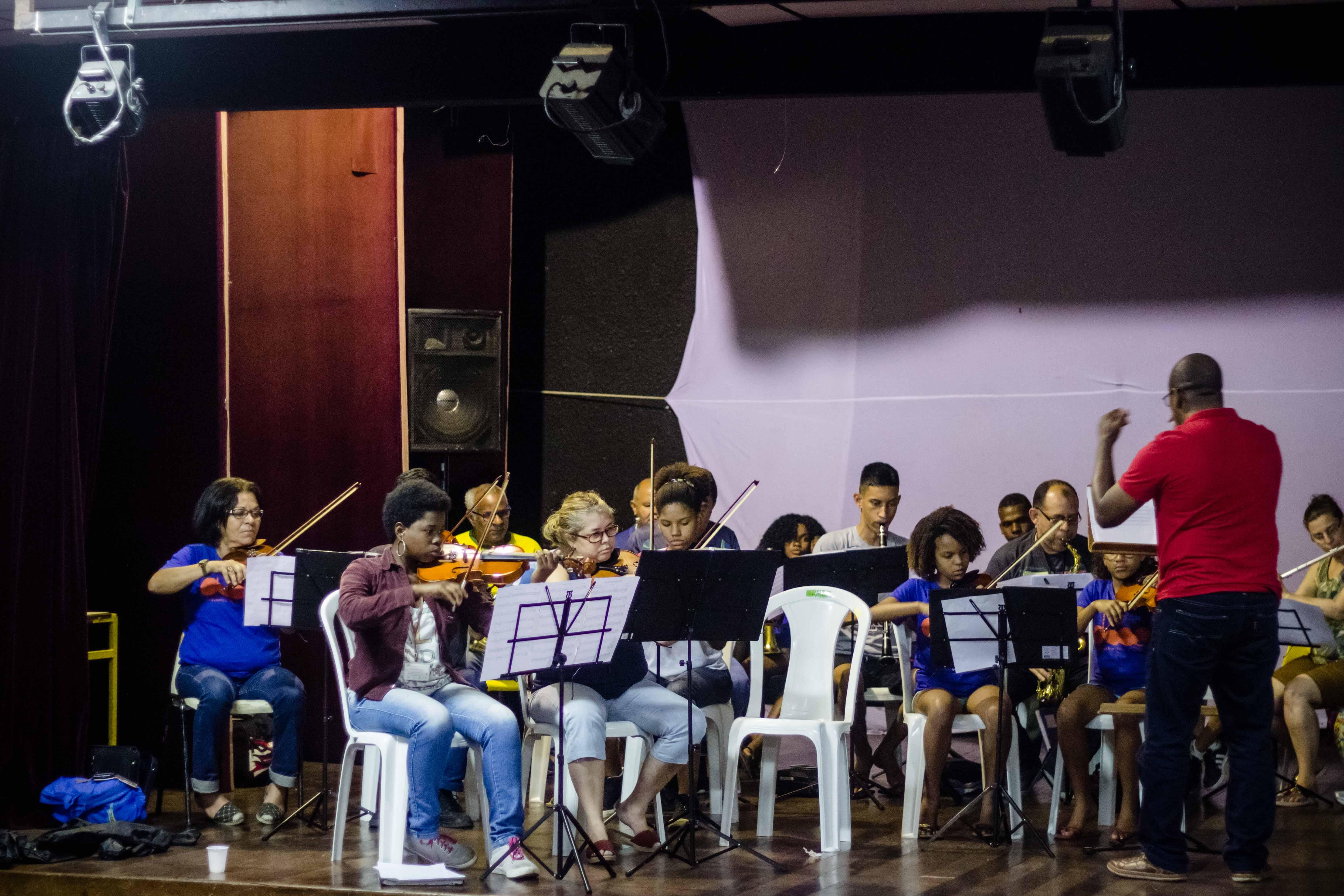 Ensaio da orquestra Bela Oeste no Teatro Mario Lago, na Vila Kennedy. Foto: Renato Moura/Voz Das Comunidades