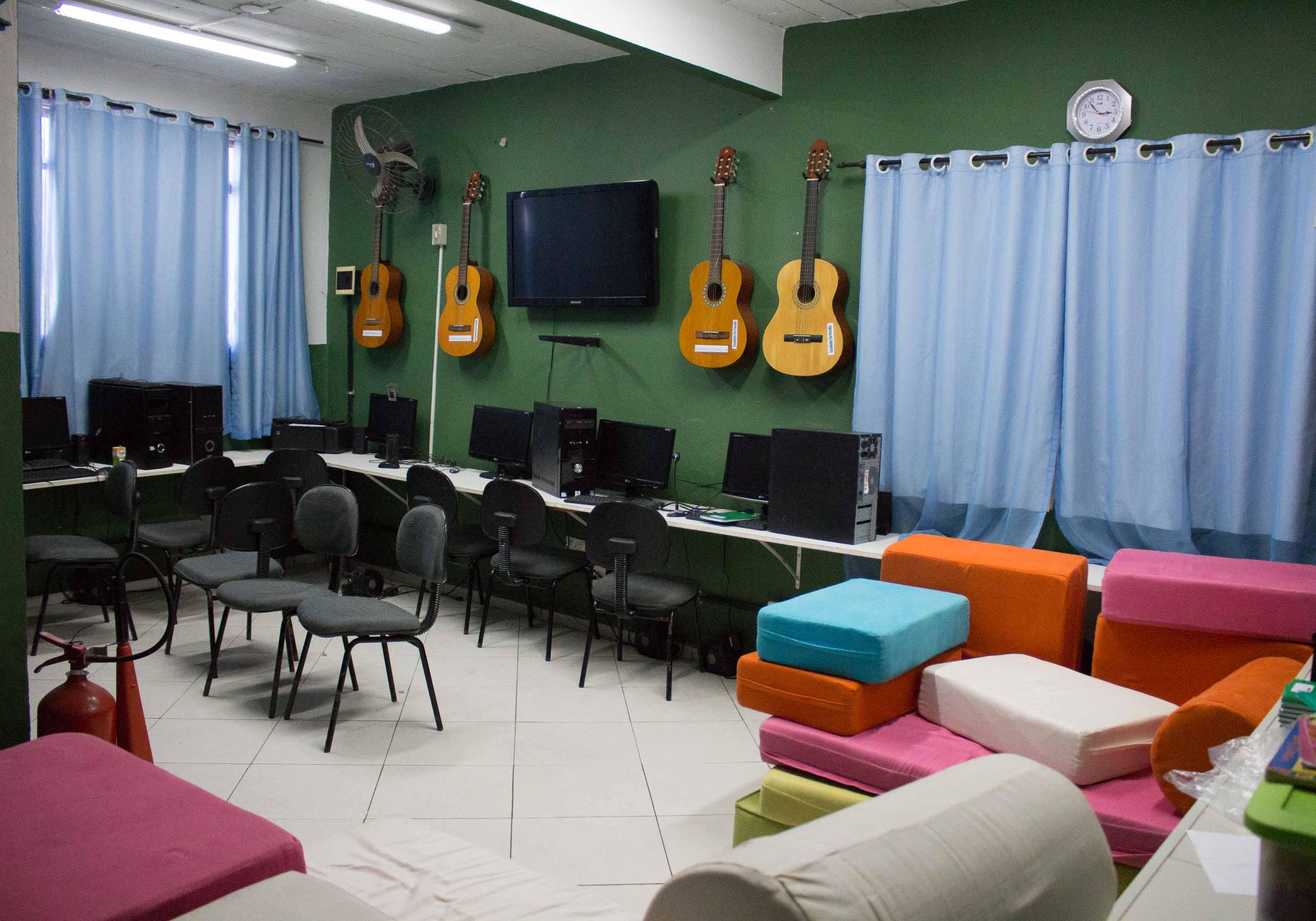 Sala de informática e música vazia desde março - Foto: Betinho Casas Novas/Voz das Comunidades