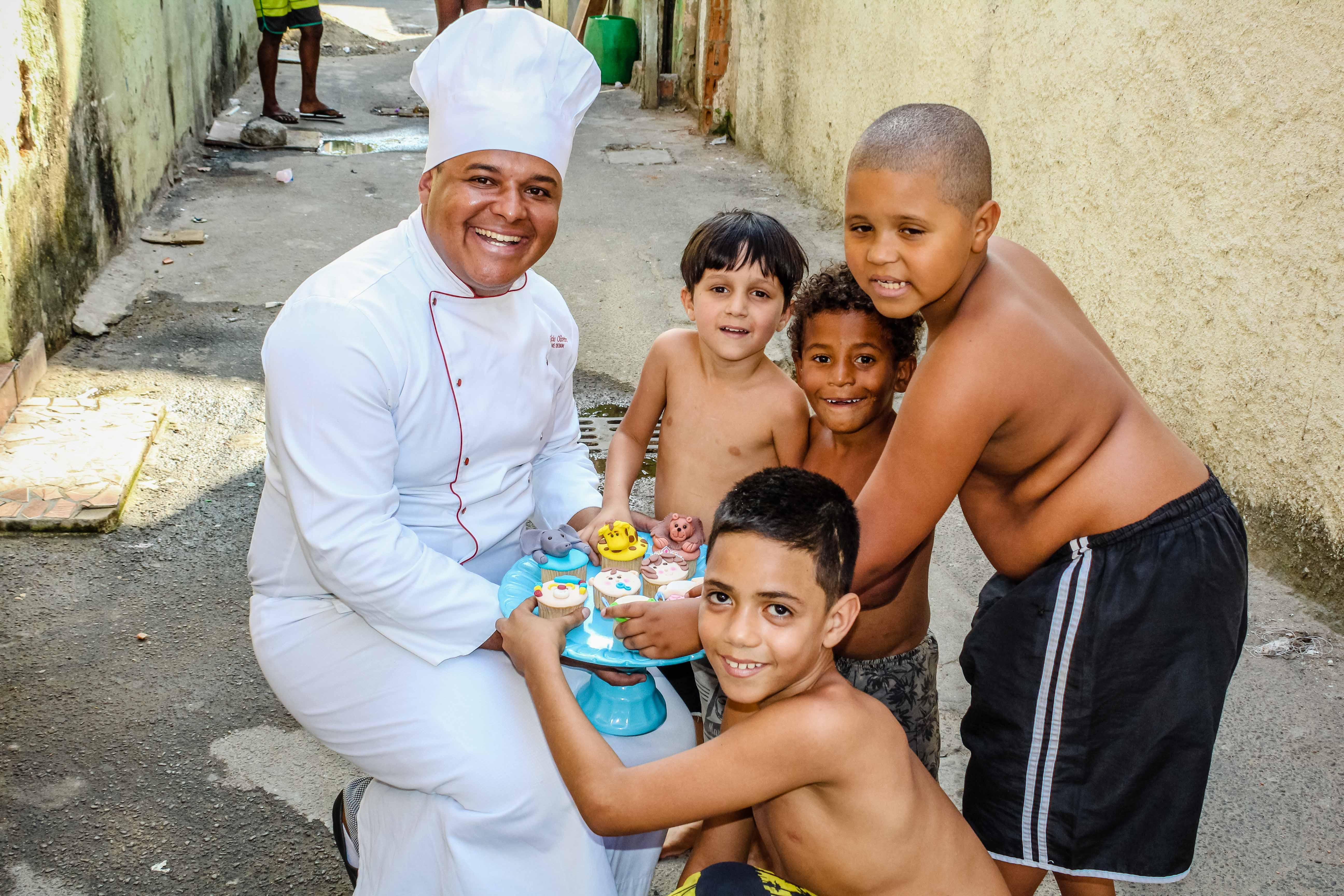 Glaucio Abravanel com as crianças da Vila Vintém - Foto: Caio Lima/Voz das Comunidades