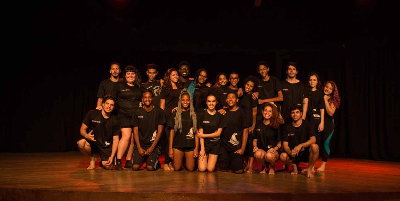 O grupo que integra a companhia de Teatro Megaroc, localizado na Zona Oeste do Rio de Janeiro. Foto: Matheus Mesquita/Voz das Comunidades