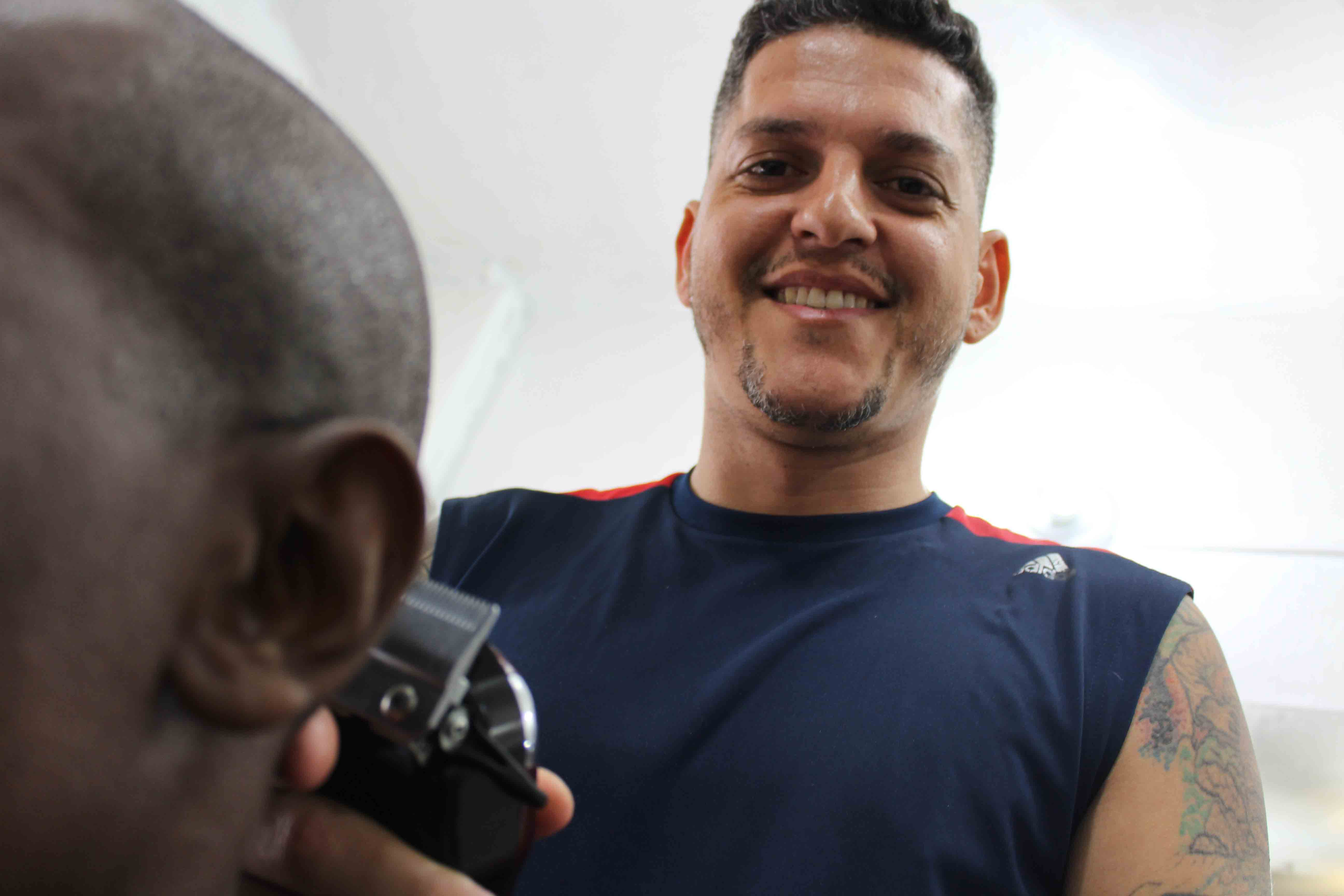 Cabeleireiro da Vila Vintém tem objetivo de ter uma 'cadeira social' para cortar o cabelo de graça
