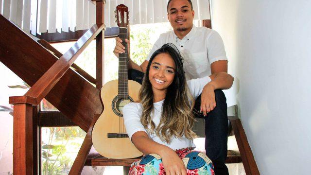 Estudiosos, Lucas Nepomuceno e Debora Gama almejam um futuro diferente do pai. Foto: Betinho Casas Novas/ Voz das Comunidades
