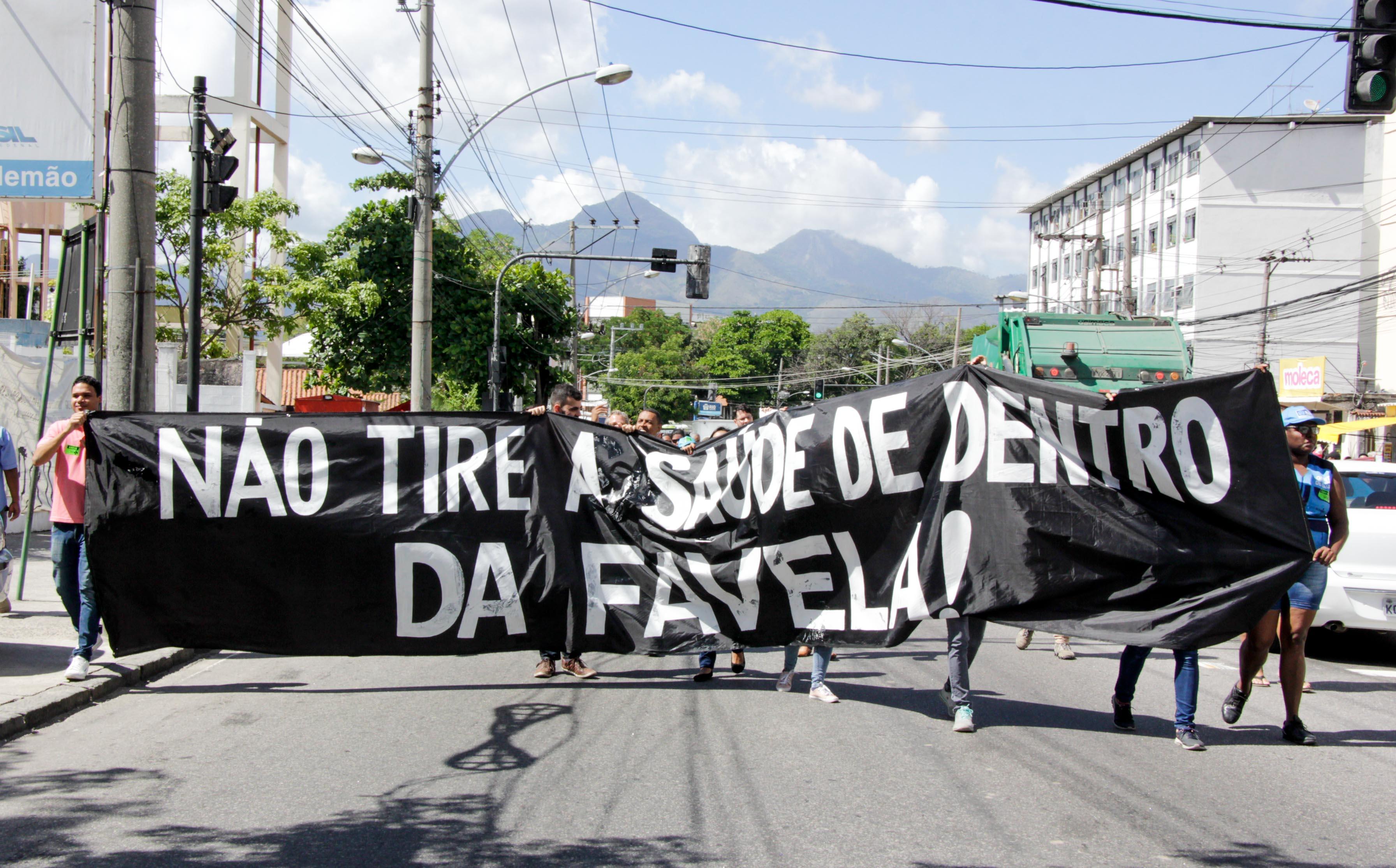 Funcionários municipais da saúde protestaram pela falta de repasse de verbas no Complexo do Alemão