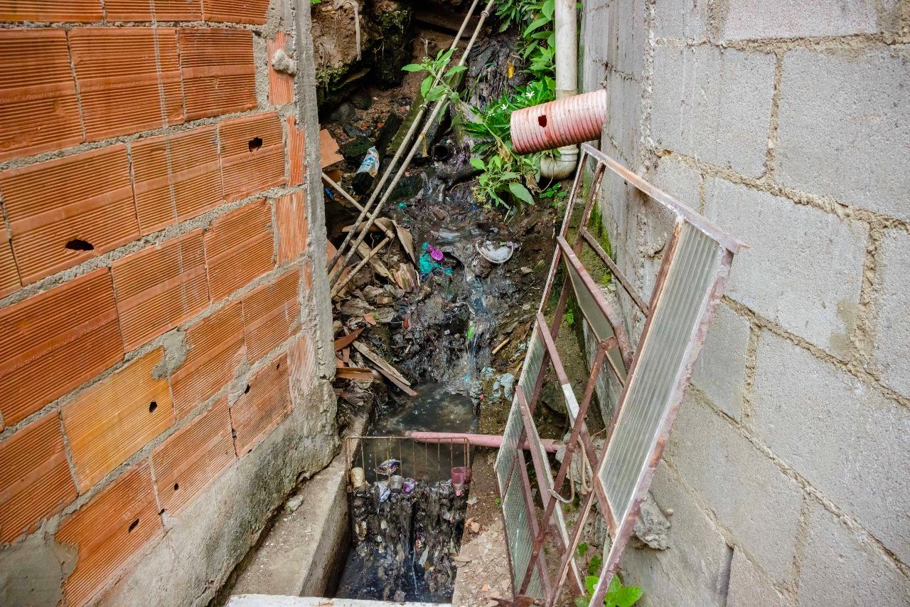 Perigo de morte: Moradores vivem sob ameaça de desabamento