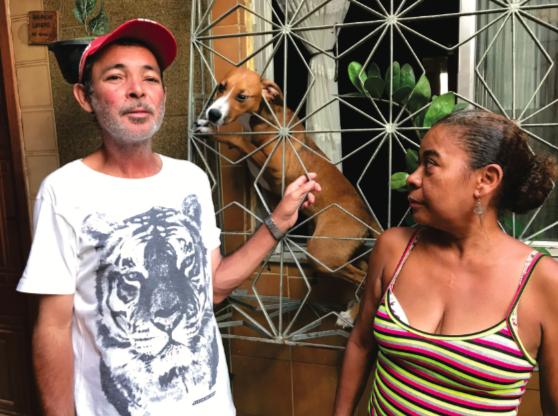 Alberto, seu cachorro de estimação e dona Kátia vivem da publicidade. Foto: Rene Silva