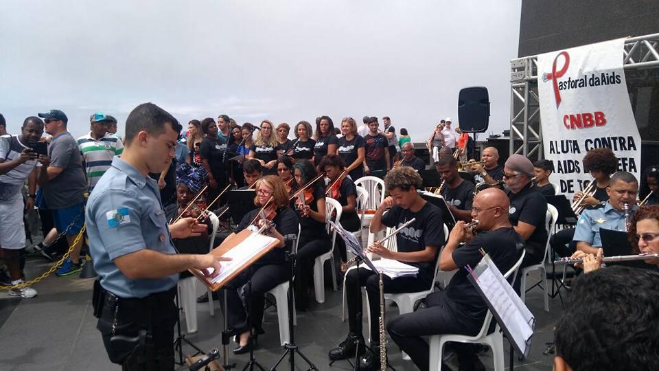 Alunos da Orquestra Bela Oeste saem da Vila Kennedy para se apresentarem no Corcovado