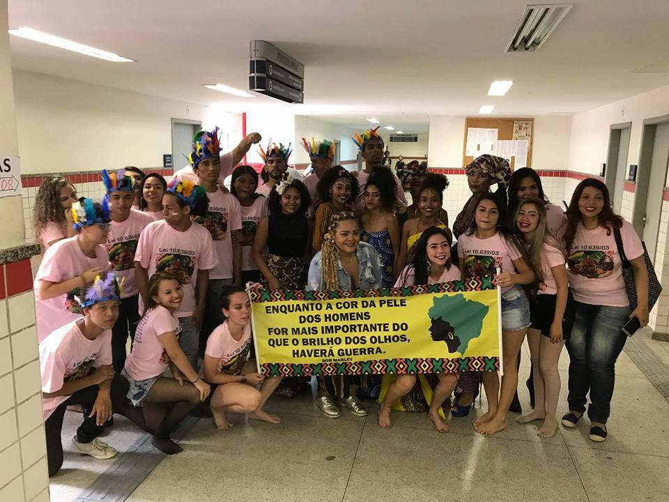 Juliana Henrik e alunos do Colégio Olga Benário